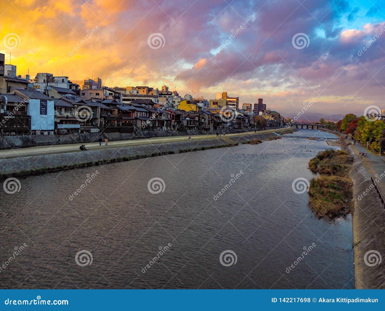 Άποψη ποταμών στην πόλη από τη γέφυρα