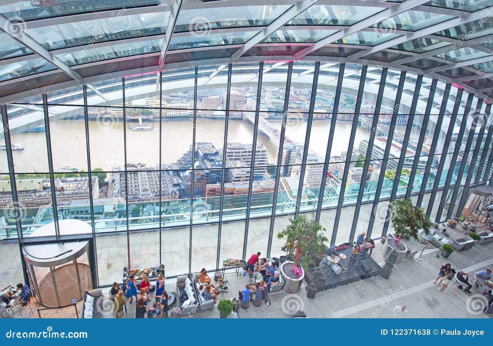 Άποψη που κοιτάζει κάτω επάνω στο εσωτερικό του κήπου ουρανού στο walkie-talkie κτήριο στο Λονδίνο