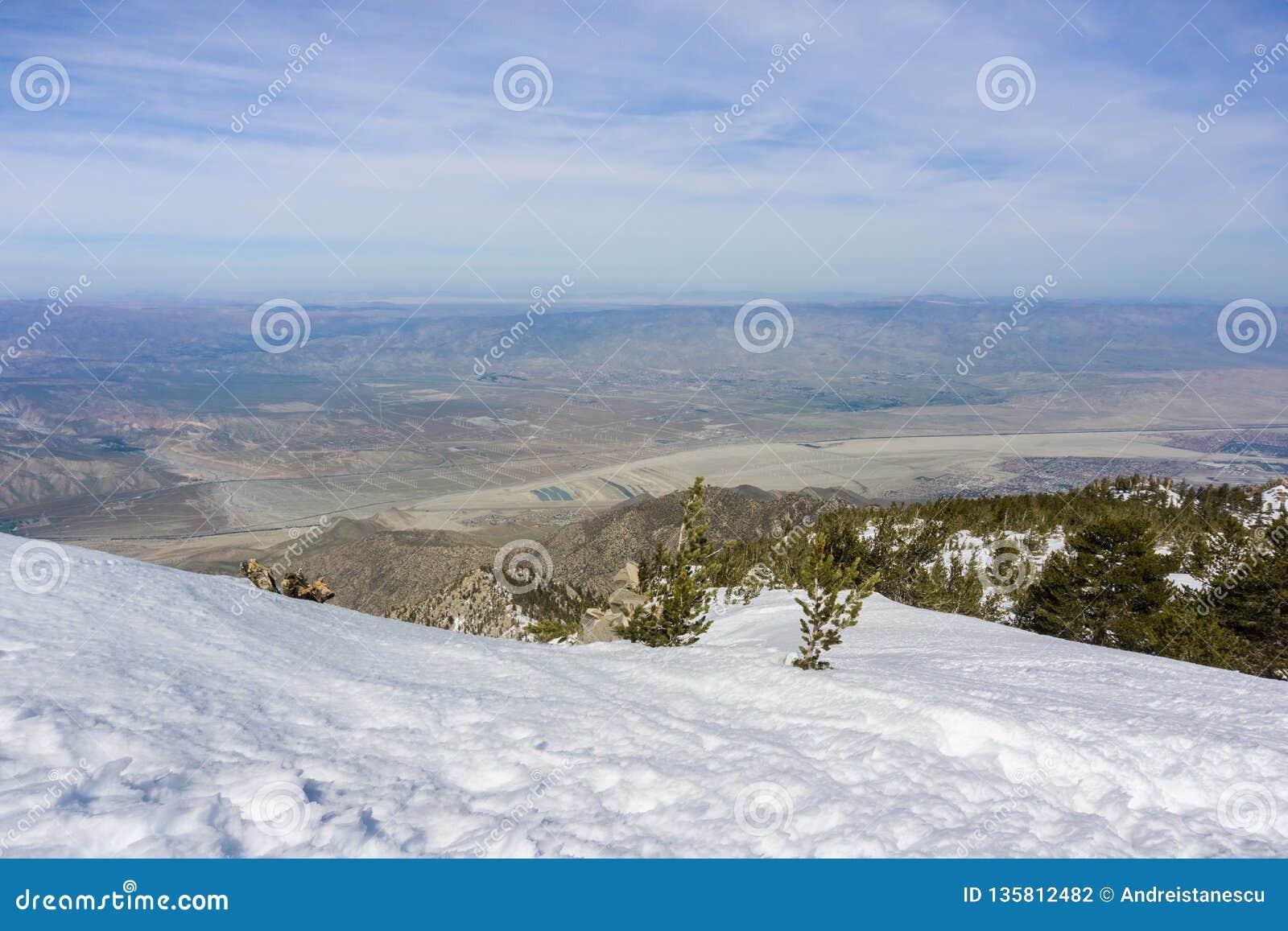 Άποψη προς έναν τομέα των ανεμοστροβίλων στο βόρειο Παλμ Σπρινγκς, κοιλάδα Coachella, από το κρατικό πάρκο υποστηριγμάτων SAN Jac