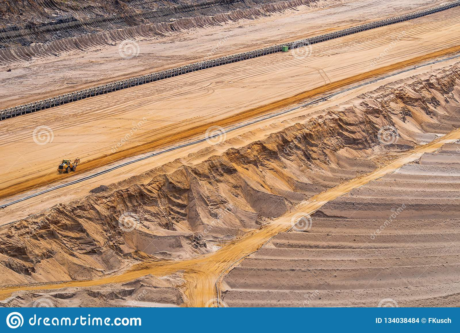Άποψη σε ένα ορυχείο λιγνίτη με τις ζώνες μεταφορέων και driveways στην άμμο, Etzweiler