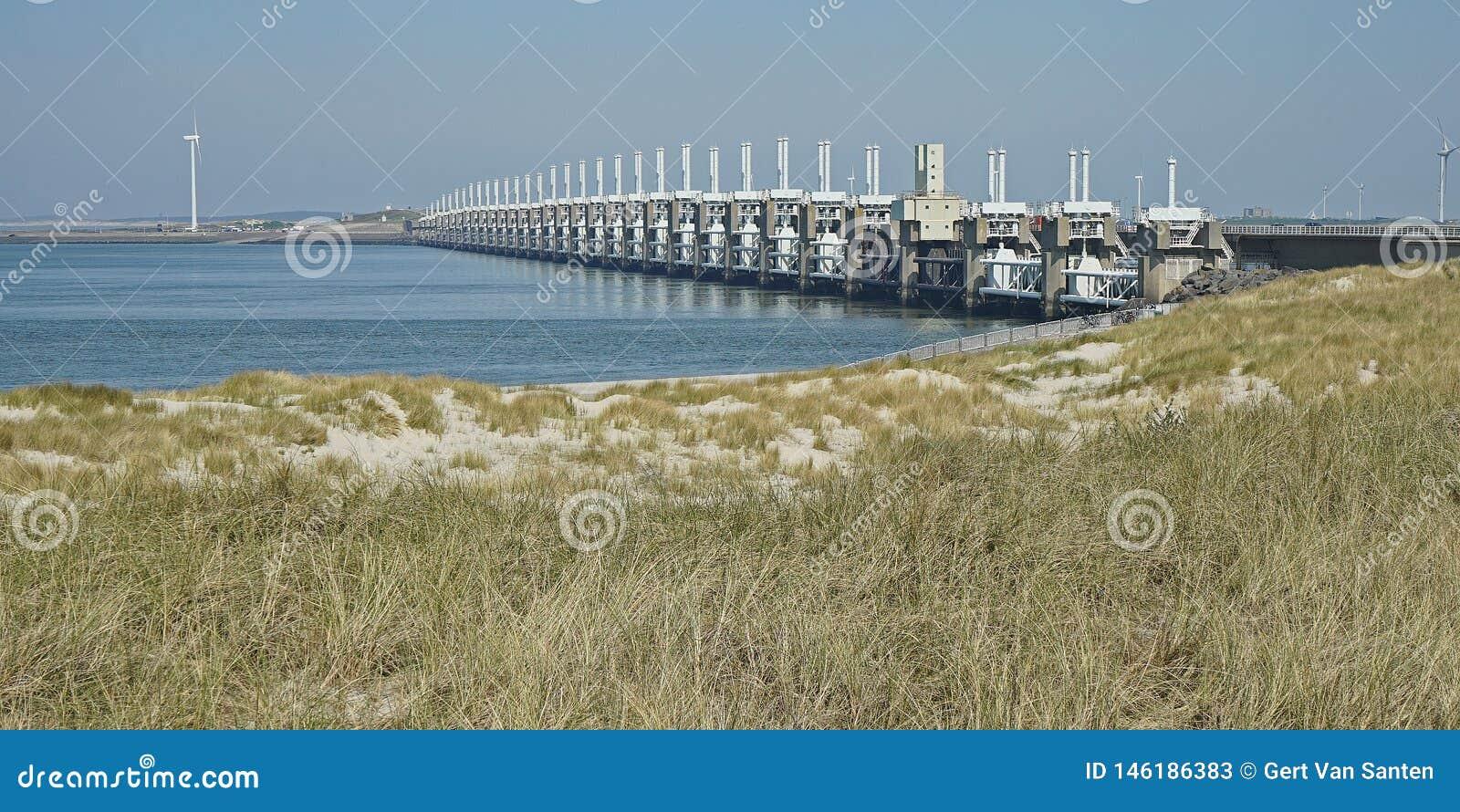 Άποψη στο εμπόδιο Oosterscheldekering θύελλας Zeeland, οι Κάτω Χώρες