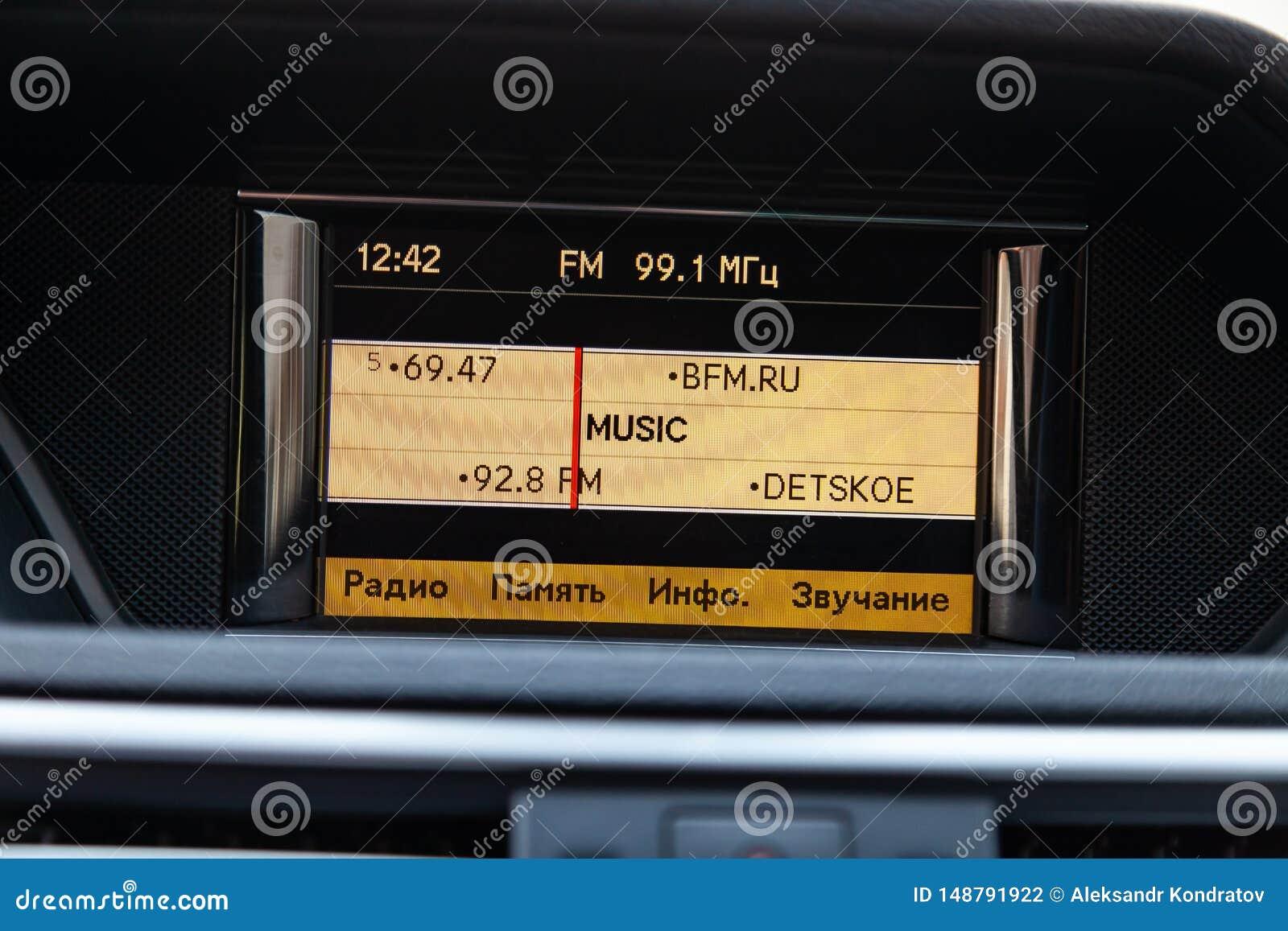 Άποψη στο εσωτερικό Benz της Mercedes της ε-κατηγορίας με το ταμπλό, ρολόι, σύστημα μέσων μετά από να καθαρίσει πριν από την πώλη