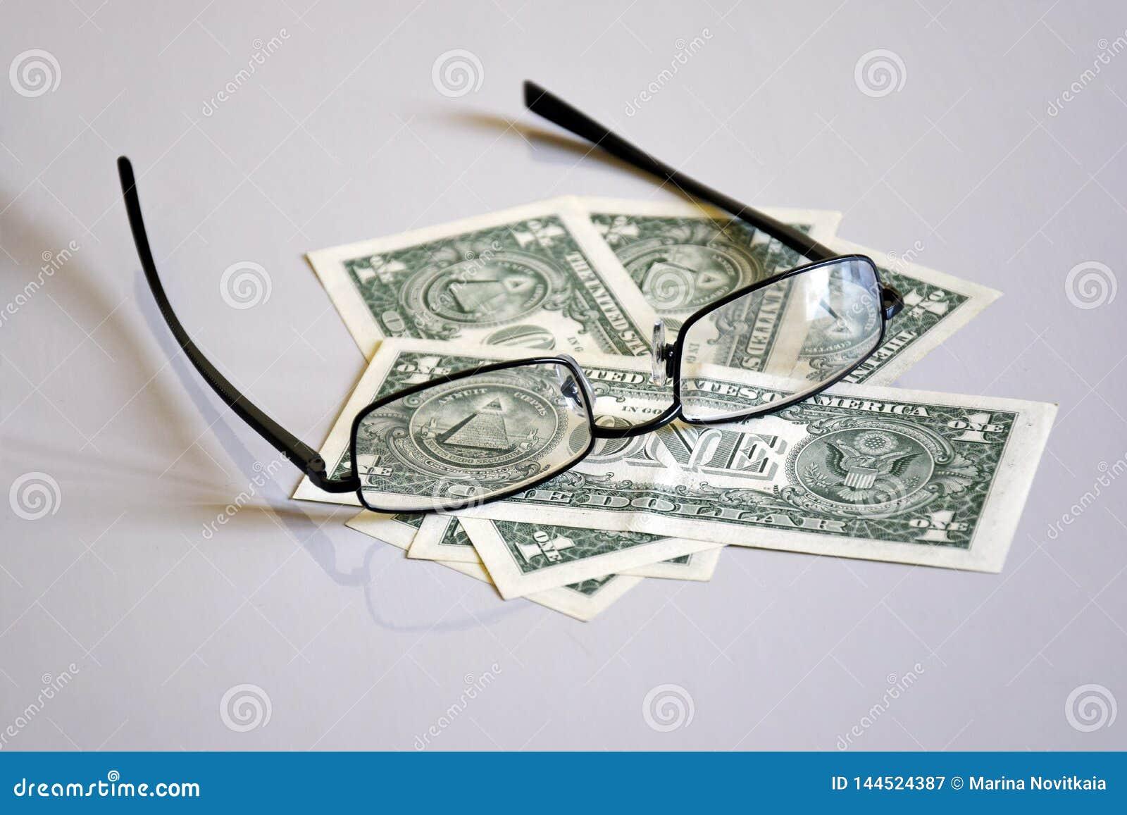 Άποψη σχετικά με την πυραμίδα ένας-δολαρίων μέσω των γυαλιών