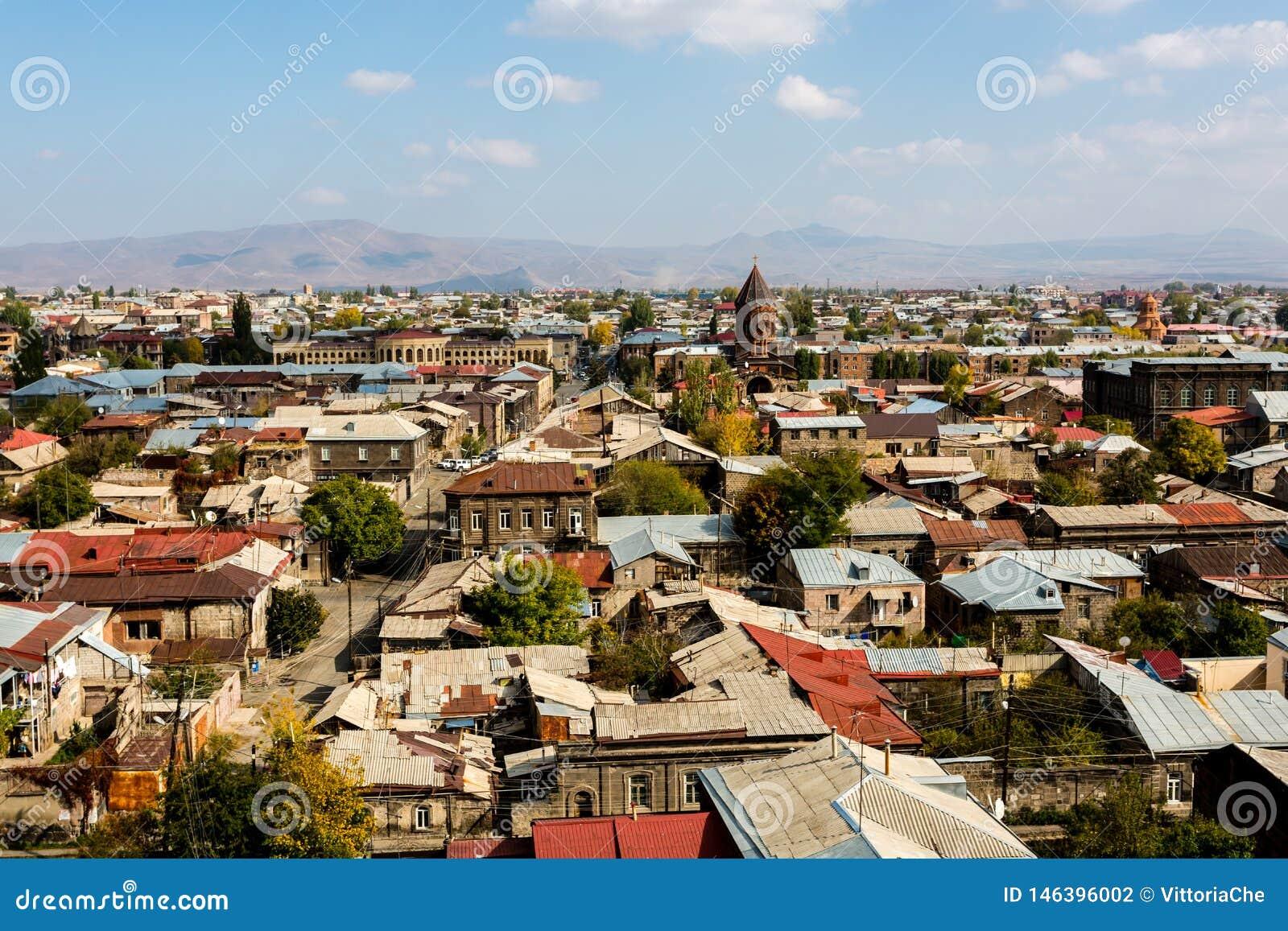 Άποψη σχετικά με την πόλη Gyumri, Αρμενία με το θόλο της εκκλησίας ενάντια στο σκηνικό των βουνών