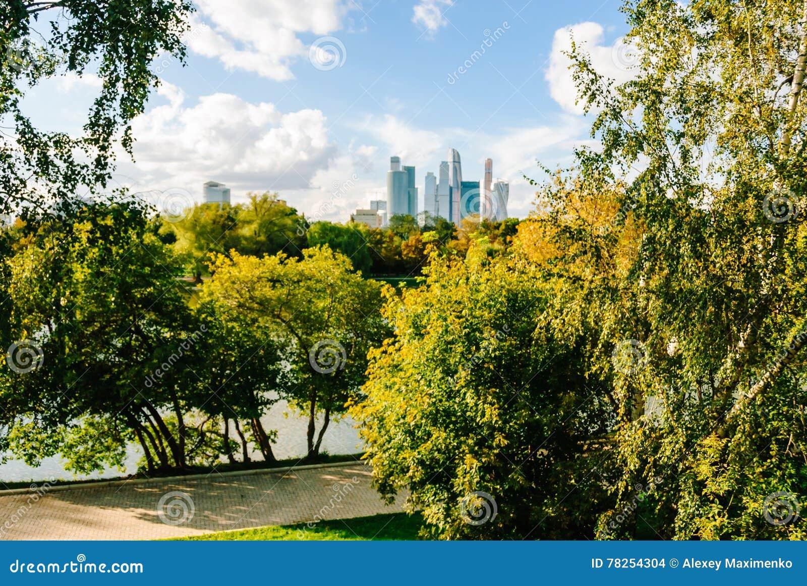 Άποψη σχετικά με τους ουρανοξύστες πόλεων της Μόσχας από το πάρκο κατά τη διάρκεια του χρυσού φθινοπώρου