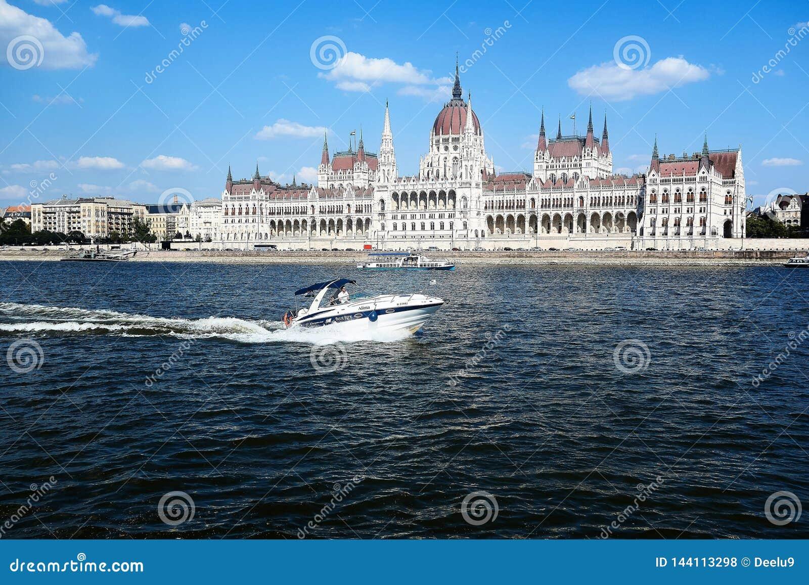 Άποψη σχετικά με το Κοινοβούλιο στη Βουδαπέστη από τον ποταμό Δούναβη