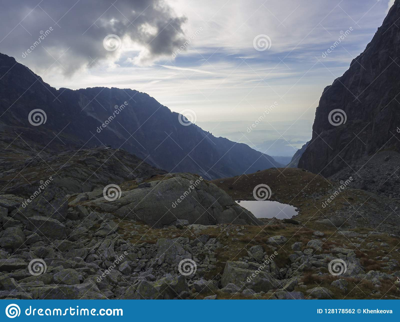 Άποψη σχετικά με το pleso Nizne Spisske λιμνών βουνών στο τέλος της διαδρομής πεζοπορίας στο καταφύγιο βουνών Teryho Chata στο υψ