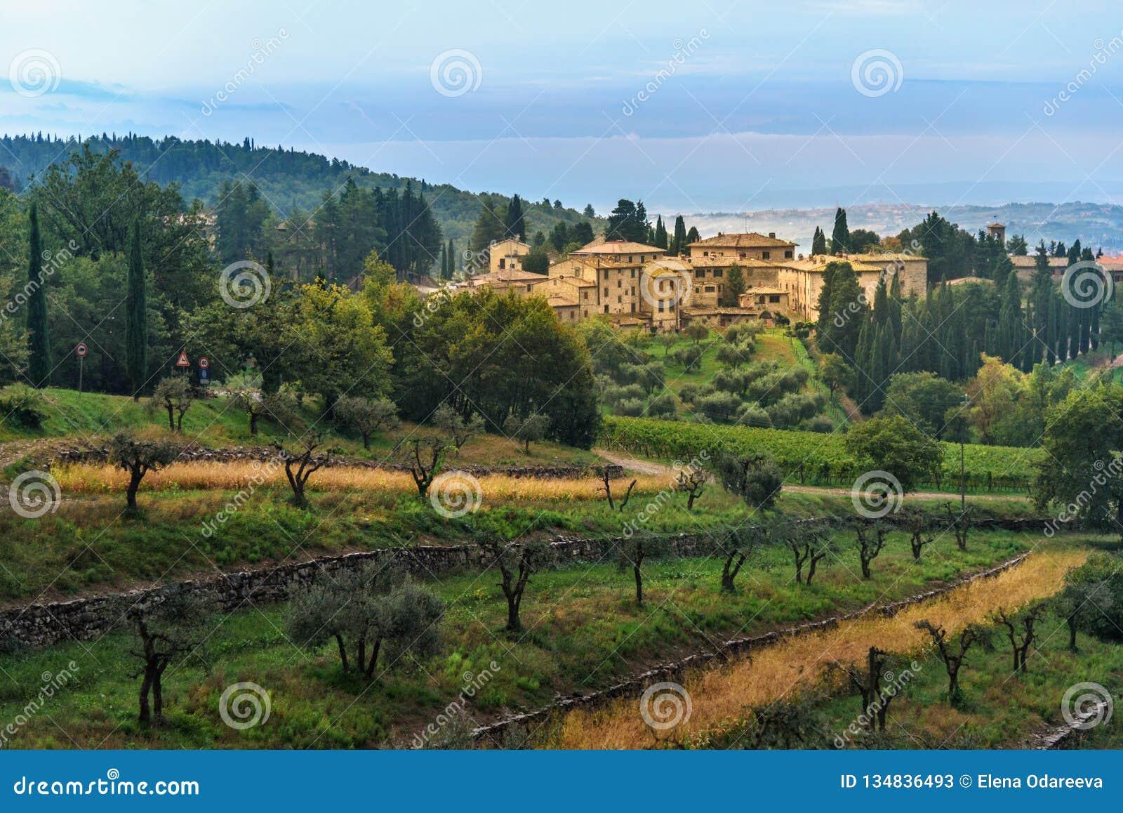 Άποψη σχετικά με Fonterutoli στην ανατολή Είναι χωριουδάκι Castellina σε Chianti στην επαρχία της Σιένα Τοσκάνη Ιταλία