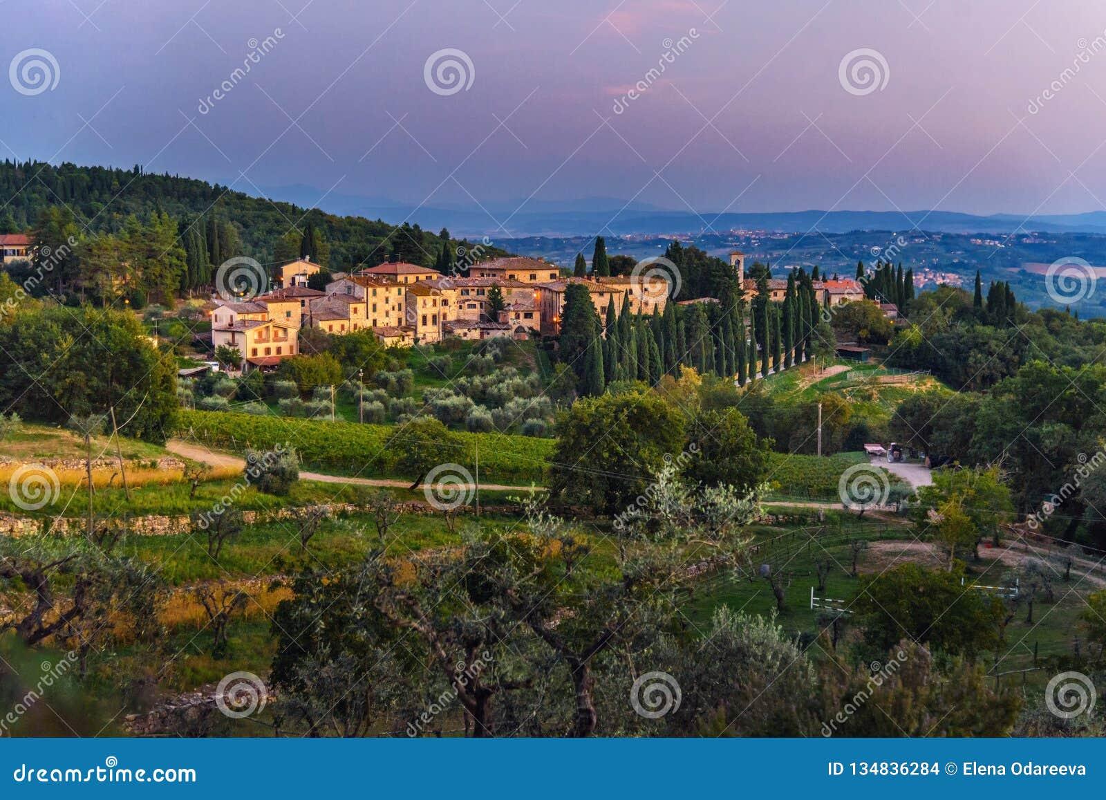 Άποψη σχετικά με Fonterutoli στο ηλιοβασίλεμα Είναι χωριουδάκι Castellina σε Chianti στην επαρχία της Σιένα Τοσκάνη Ιταλία