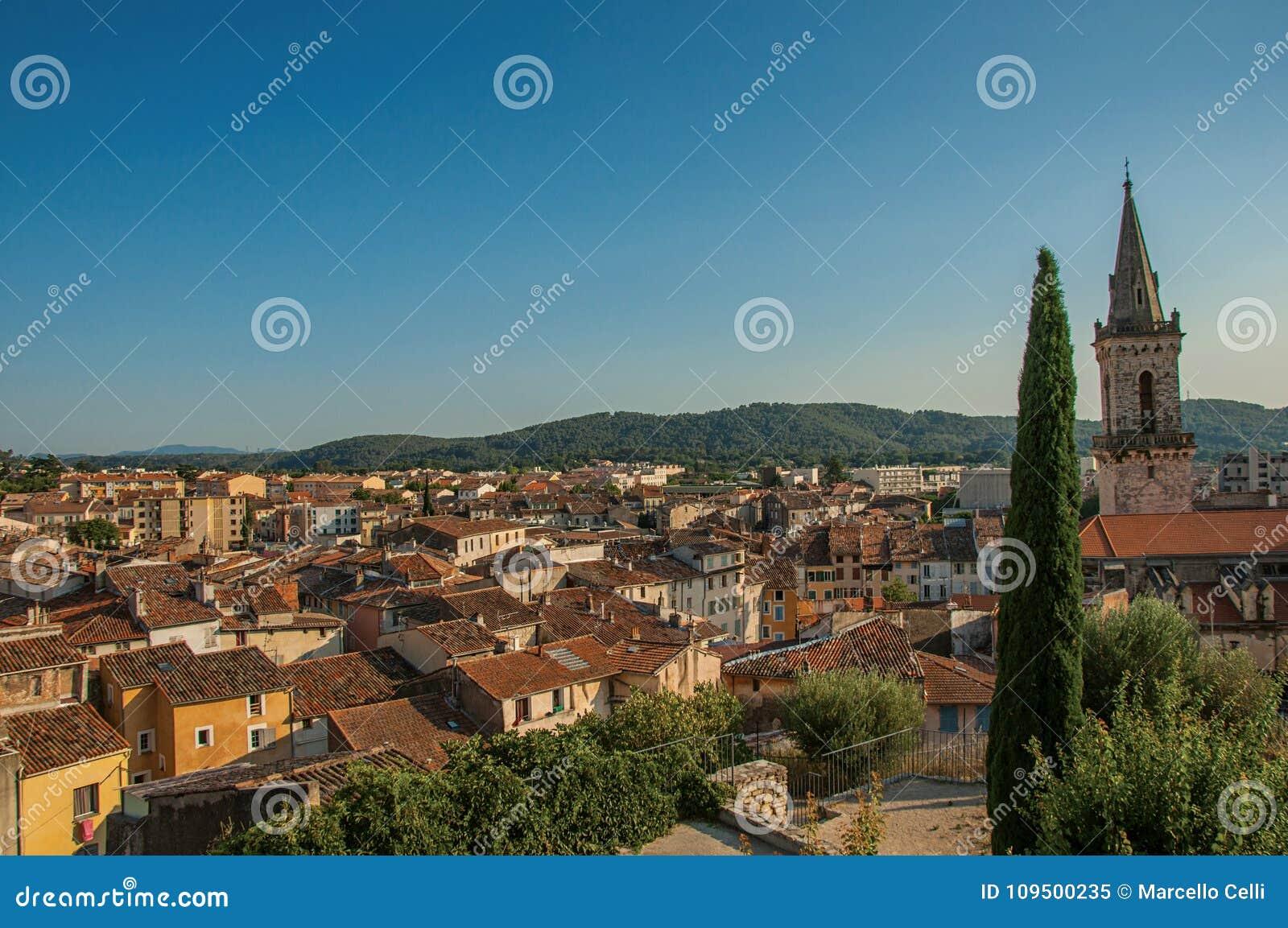Άποψη της ζωηρής και ευχάριστης πόλης Draguignan από το λόφο του πύργου ρολογιών