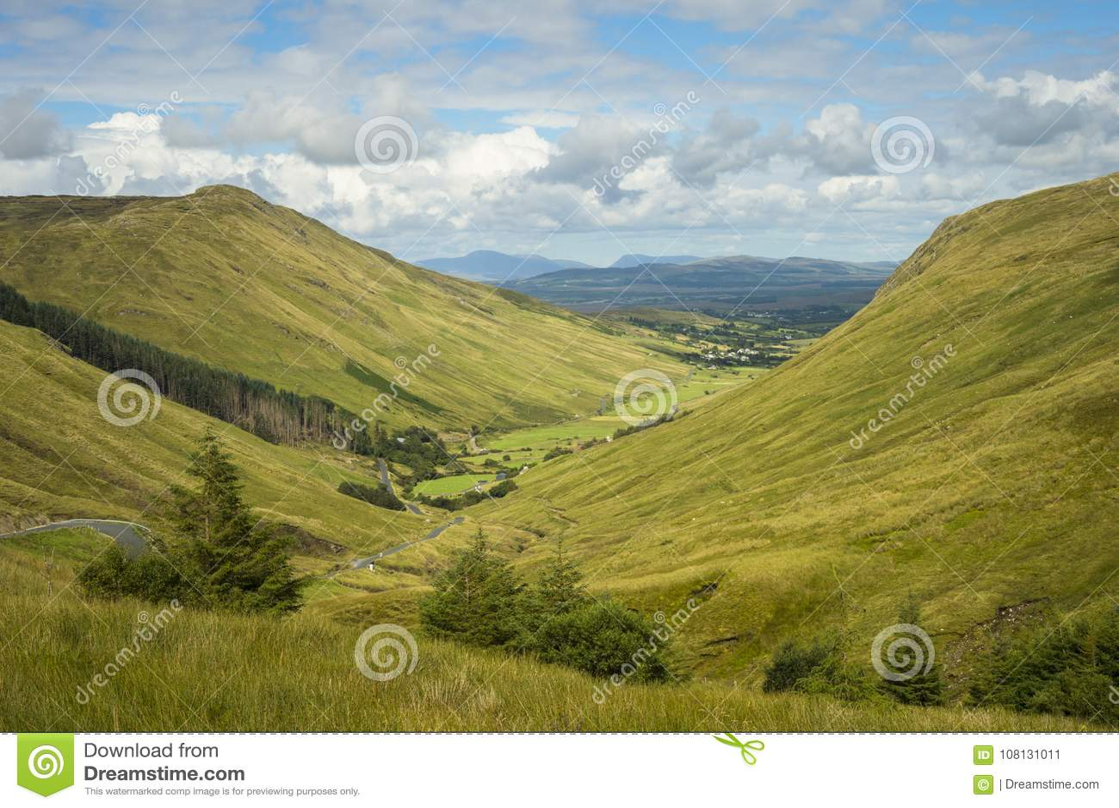 Άποψη της κοιλάδας στο κοβάλτιο περασμάτων Glengesh Donegal