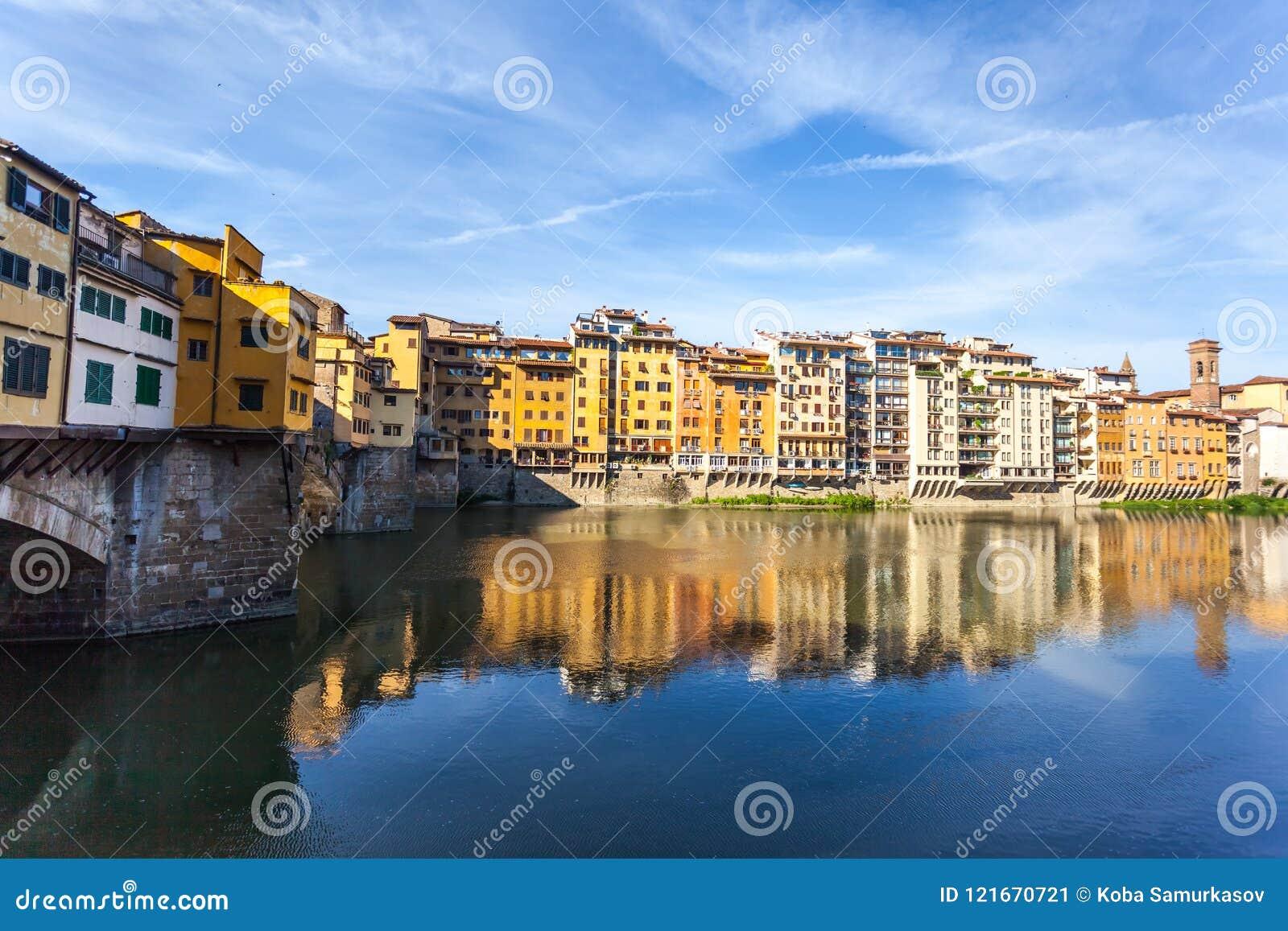 Άποψη της μεσαιωνικής γέφυρας Ponte Vecchio πετρών και του ποταμού ι Arno