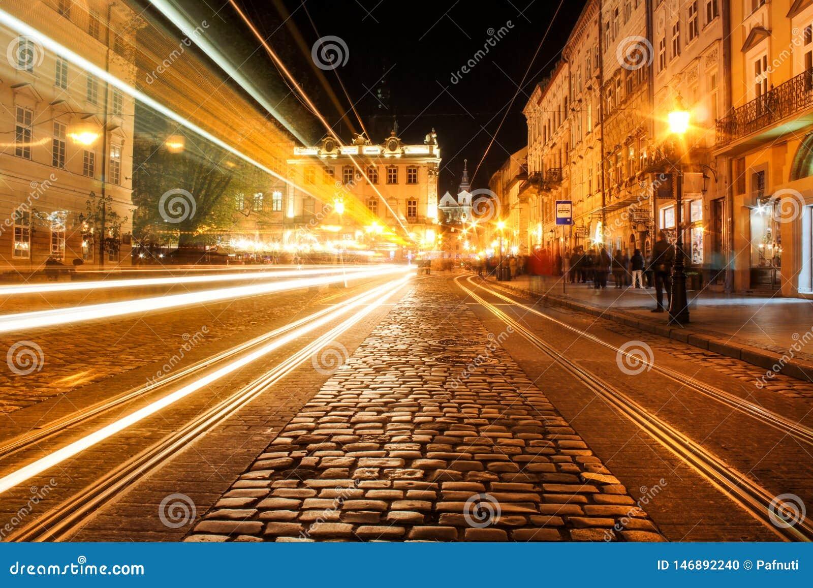 Άποψη της οδού νύχτας της ευρωπαϊκής μεσαιωνικής πόλης