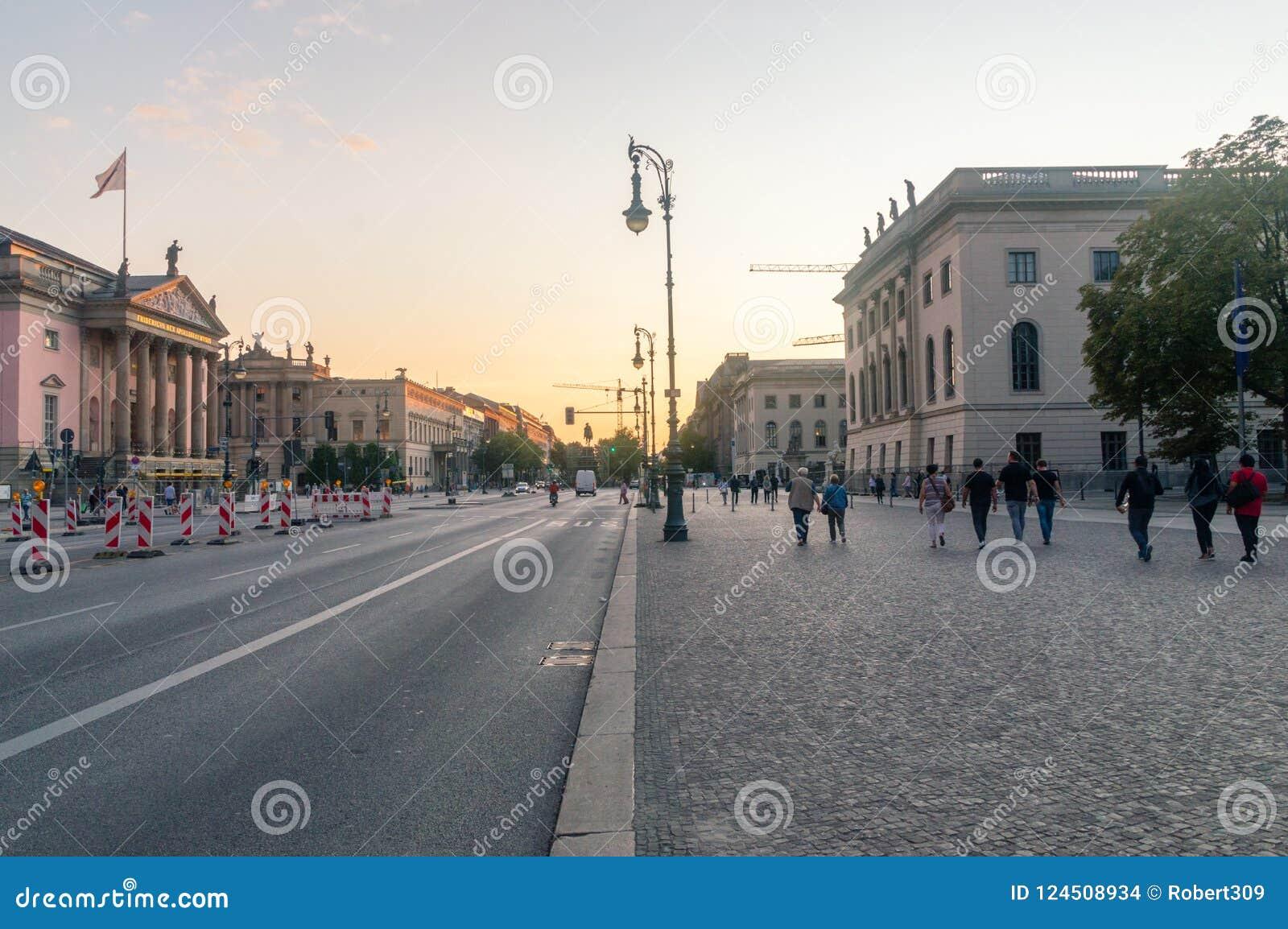 Άποψη της οδού Linden κρησφύγετων Unter στο ηλιοβασίλεμα