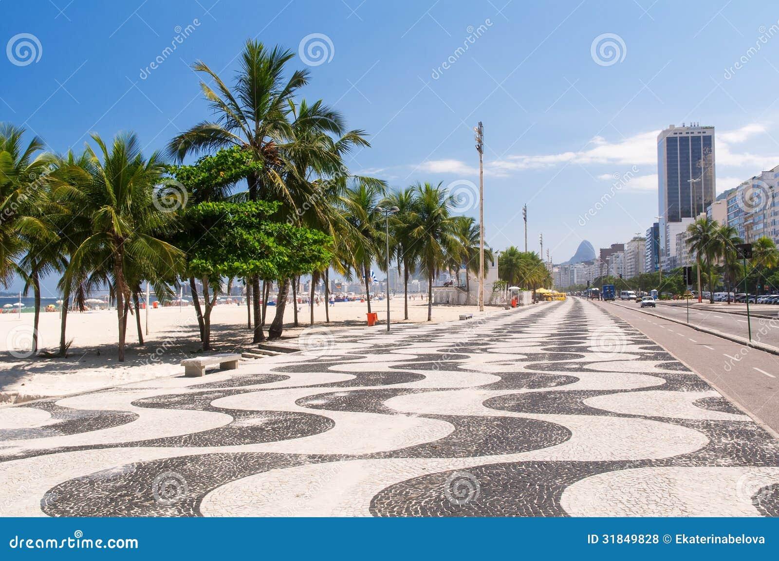 Άποψη της παραλίας Copacabana με τους φοίνικες και του μωσαϊκού του πεζοδρομίου στο Ρίο ντε Τζανέιρο