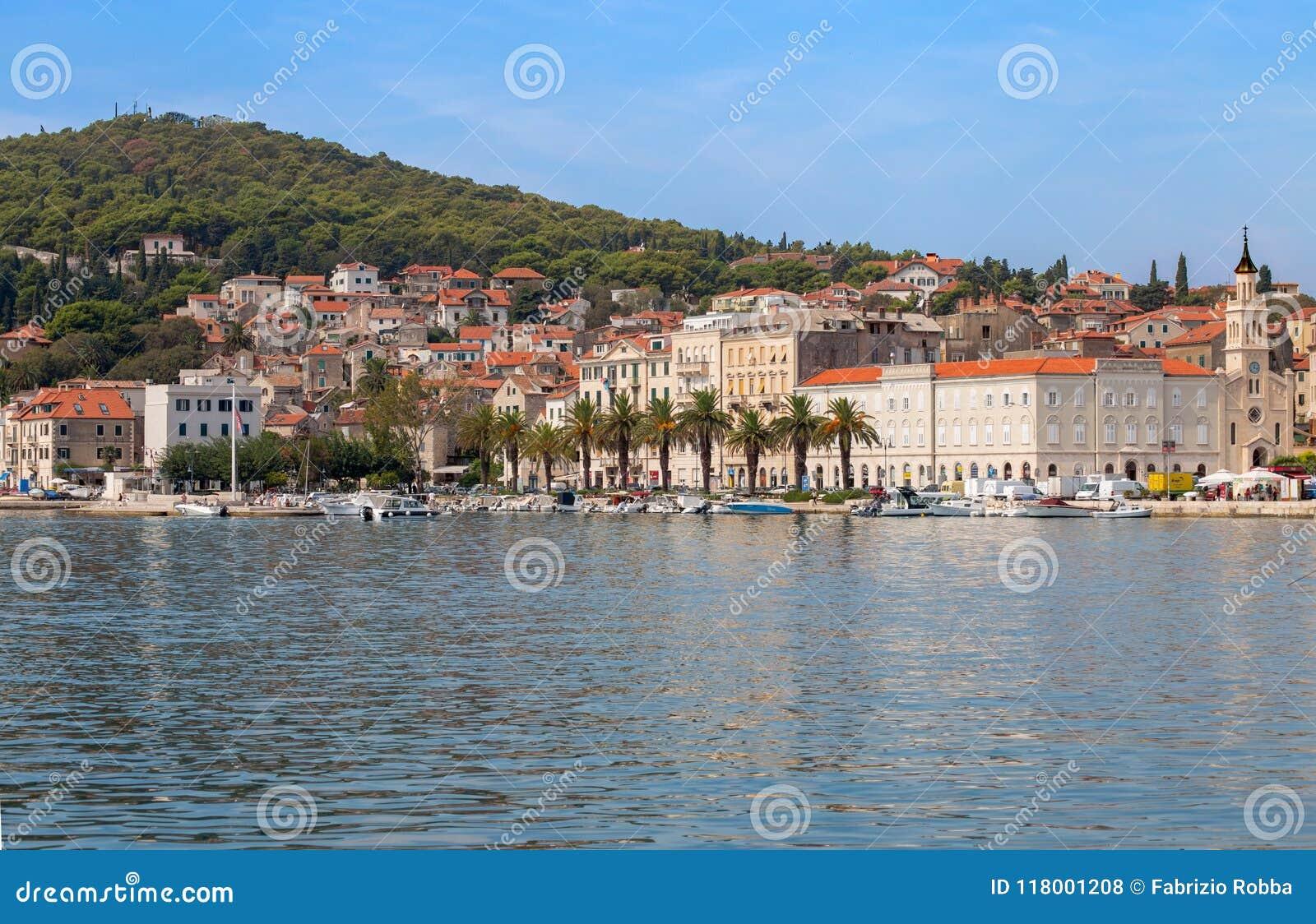 Άποψη της προκυμαίας της διασπασμένης, αδριατικής θάλασσας, στη Δαλματία, Κροατία
