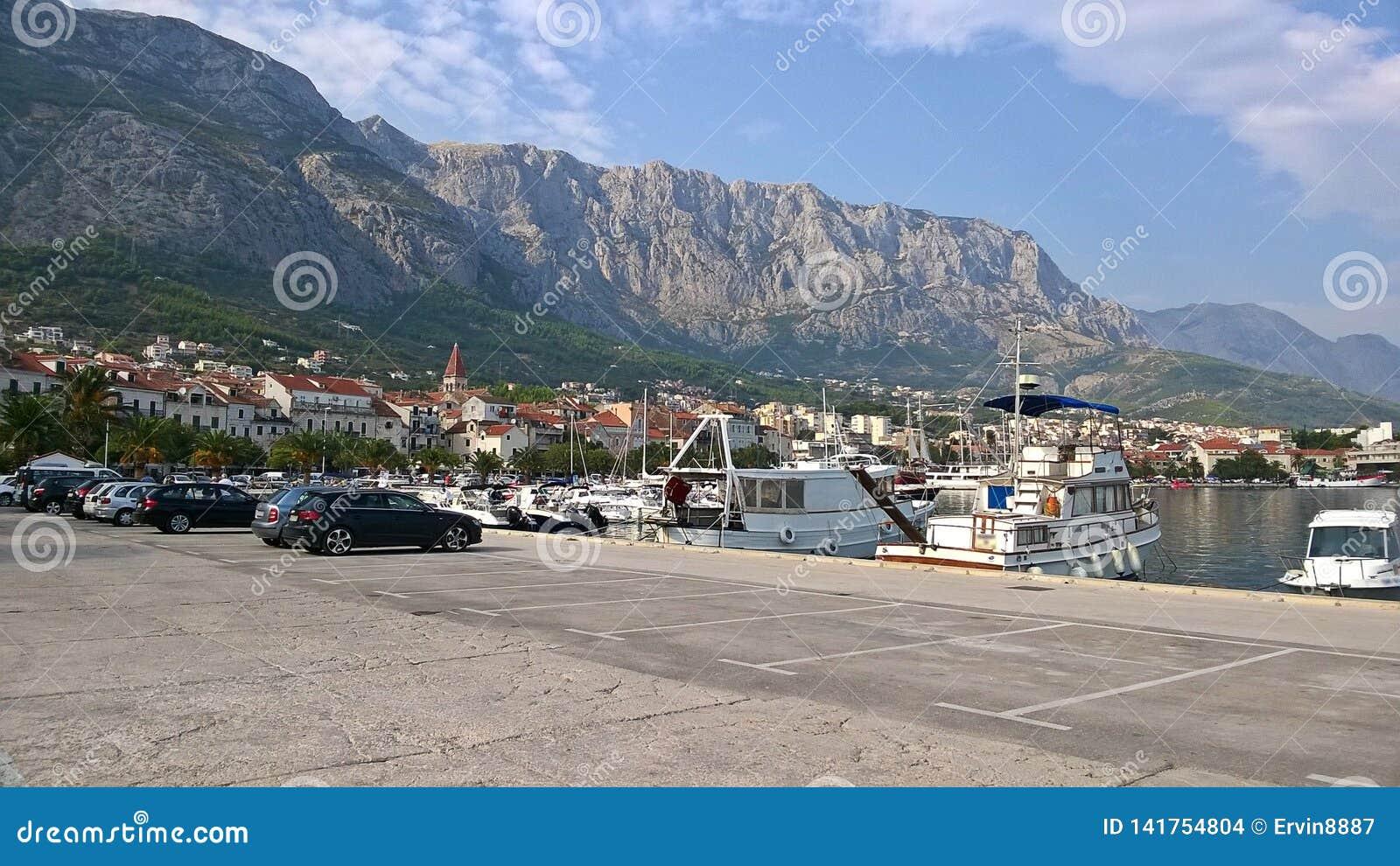 Άποψη της πόλης και του λιμανιού σε Makarska, Κροατία Είναι μια από τις επισκεμμένες πόλεις της Κροατίας