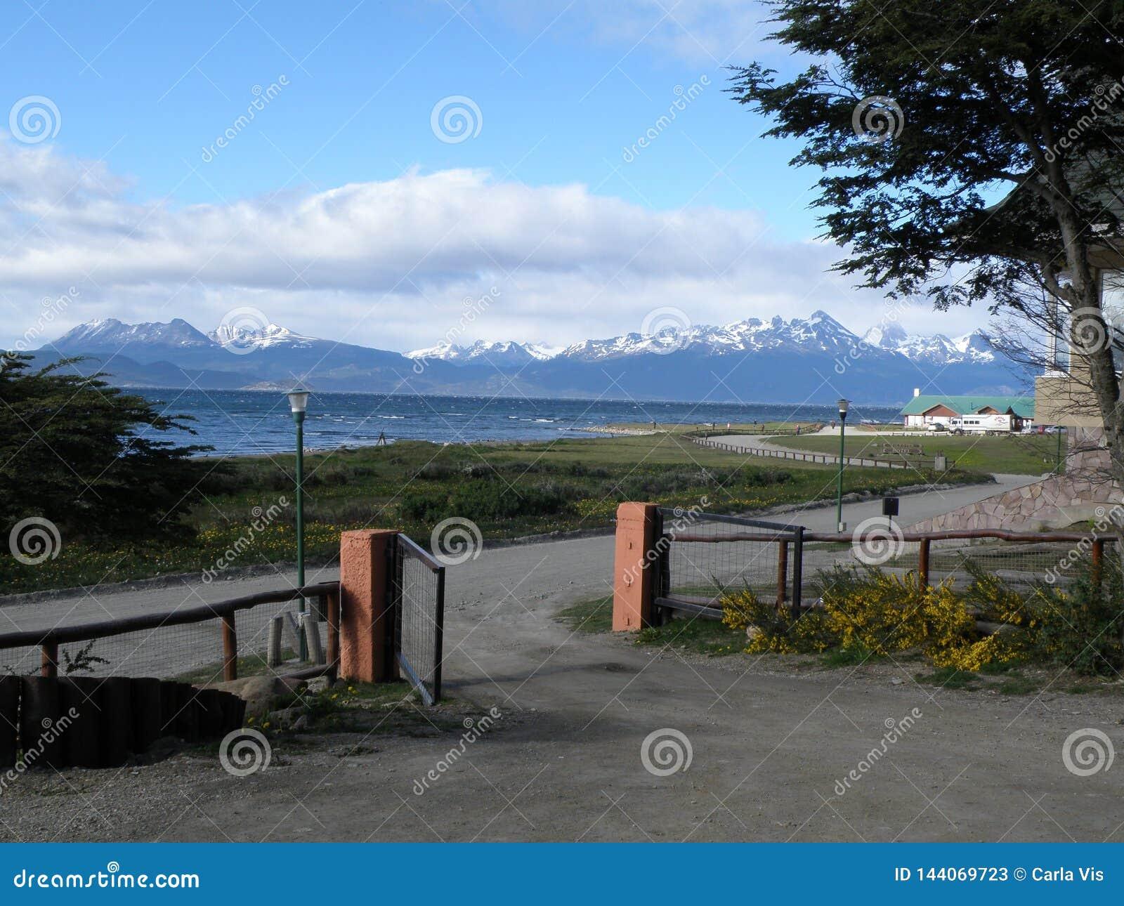 Άποψη της πόλης Usuahia Αργεντινή Μπορείτε να δείτε τα όμορφα χιονώδη βουνά στην πλάτη
