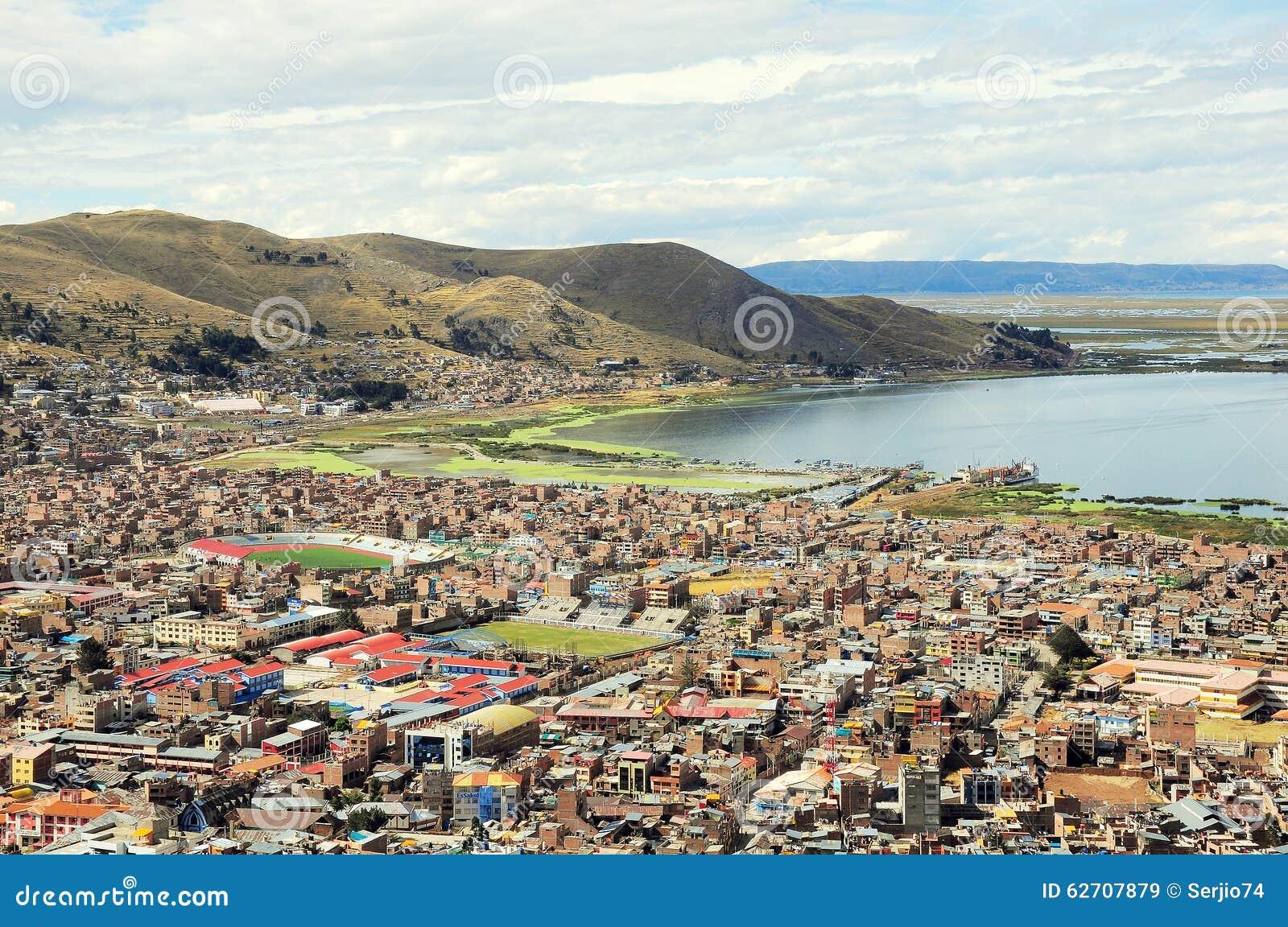 Άποψη της πόλης από Titicaca τη λίμνη,