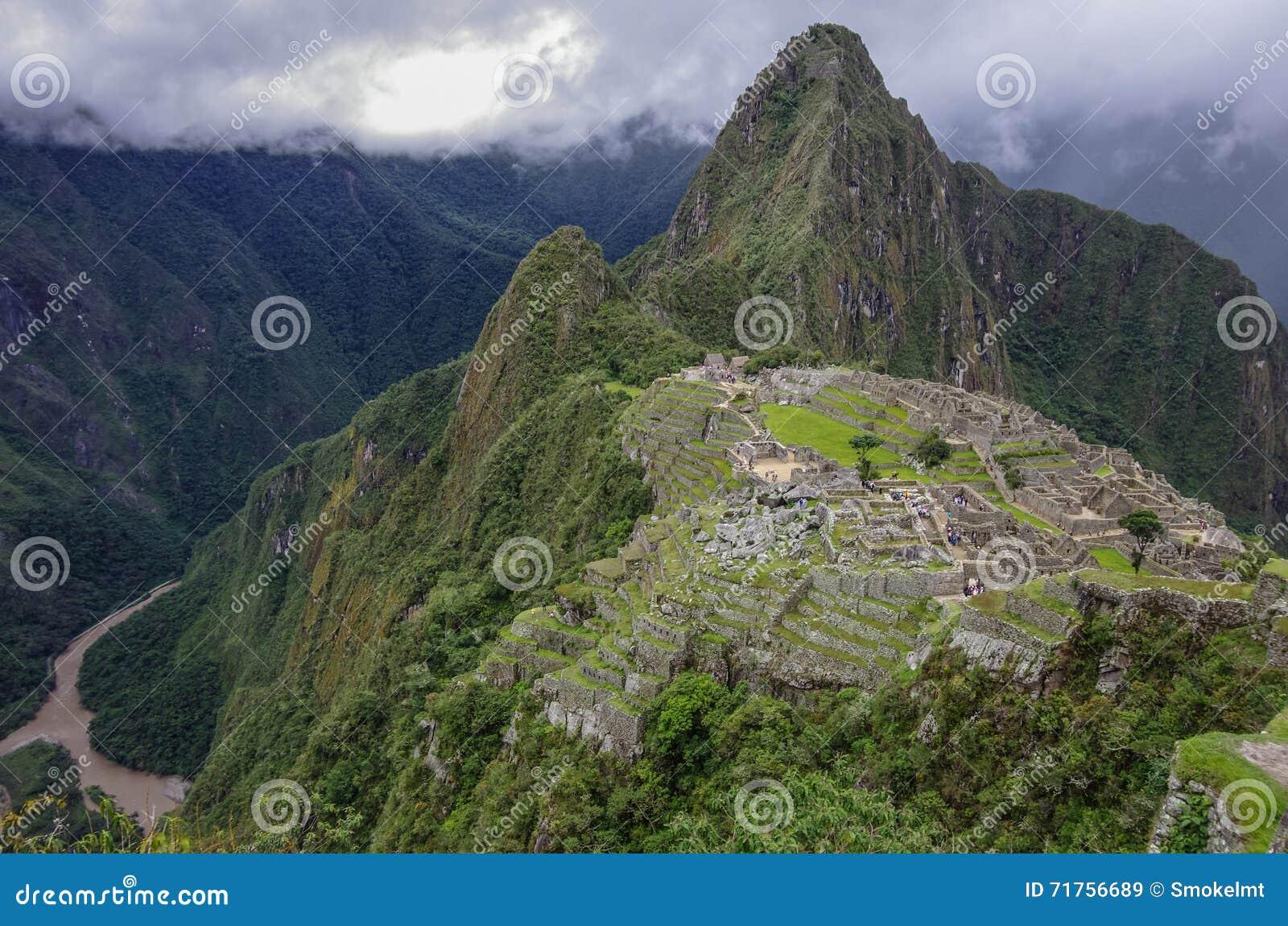 Άποψη της χαμένης πόλης Incan Machu Picchu και του MO Huayna Picchu