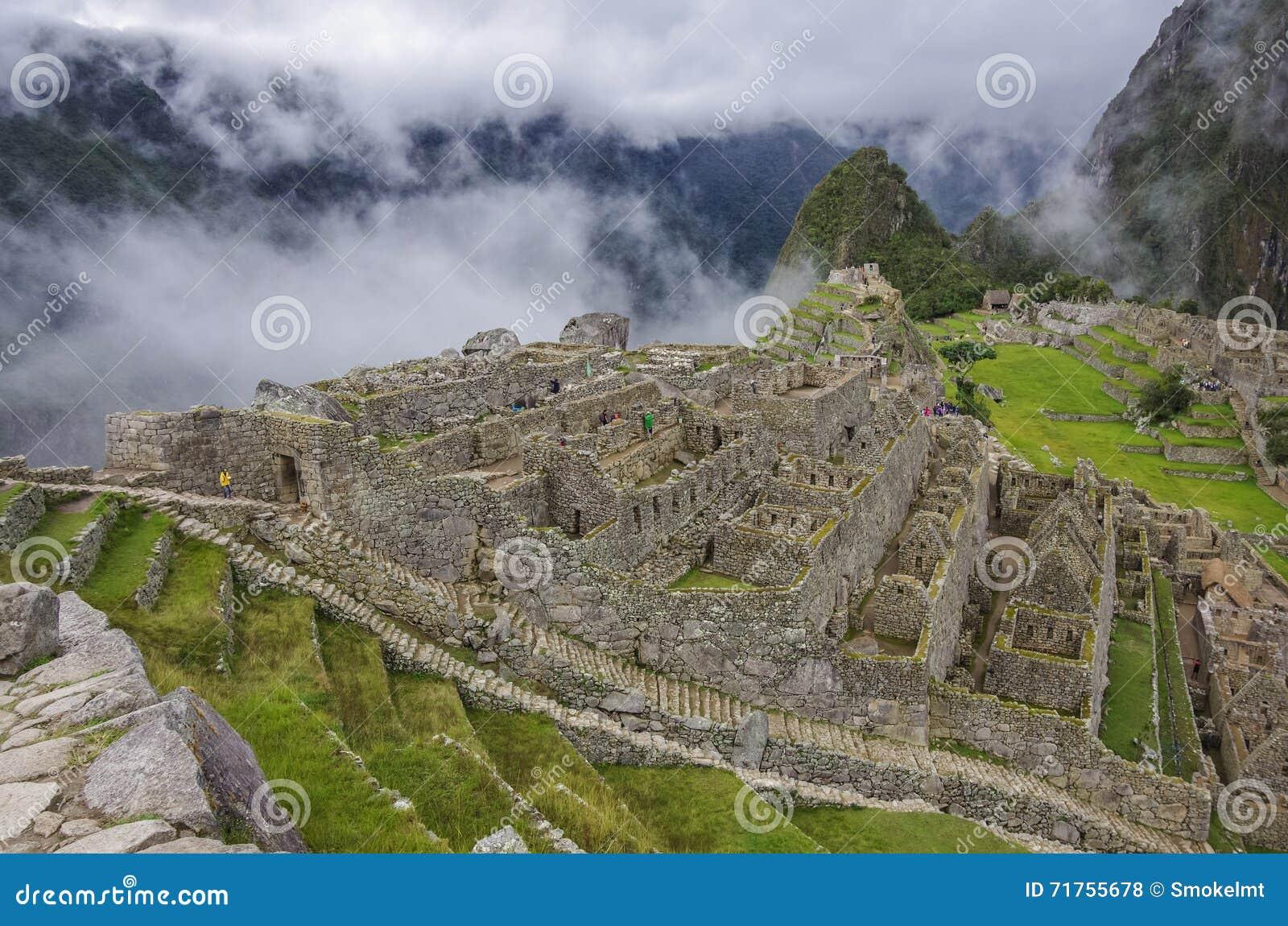 Άποψη της χαμένης πόλης Incan Machu Picchu κοντά σε Cusco Χαμηλό σύννεφο
