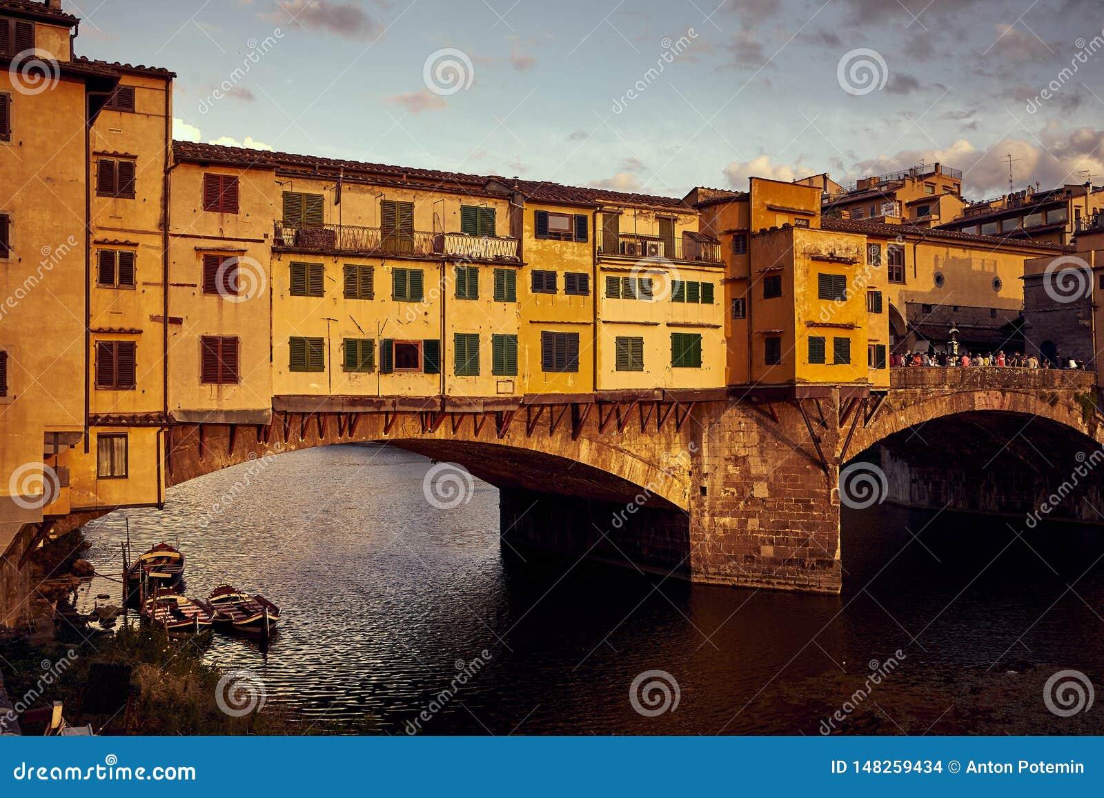Άποψη της χρυσής γέφυρας Ponte Vecchio στον ποταμό της Φλωρεντίας Arno