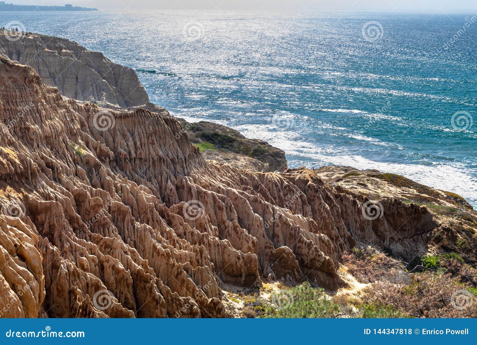 Άποψη τοπίων και παραλιών από την κρατική επιφύλαξη πεύκων Torrey και παραλία στο Σαν Ντιέγκο, Καλιφόρνια