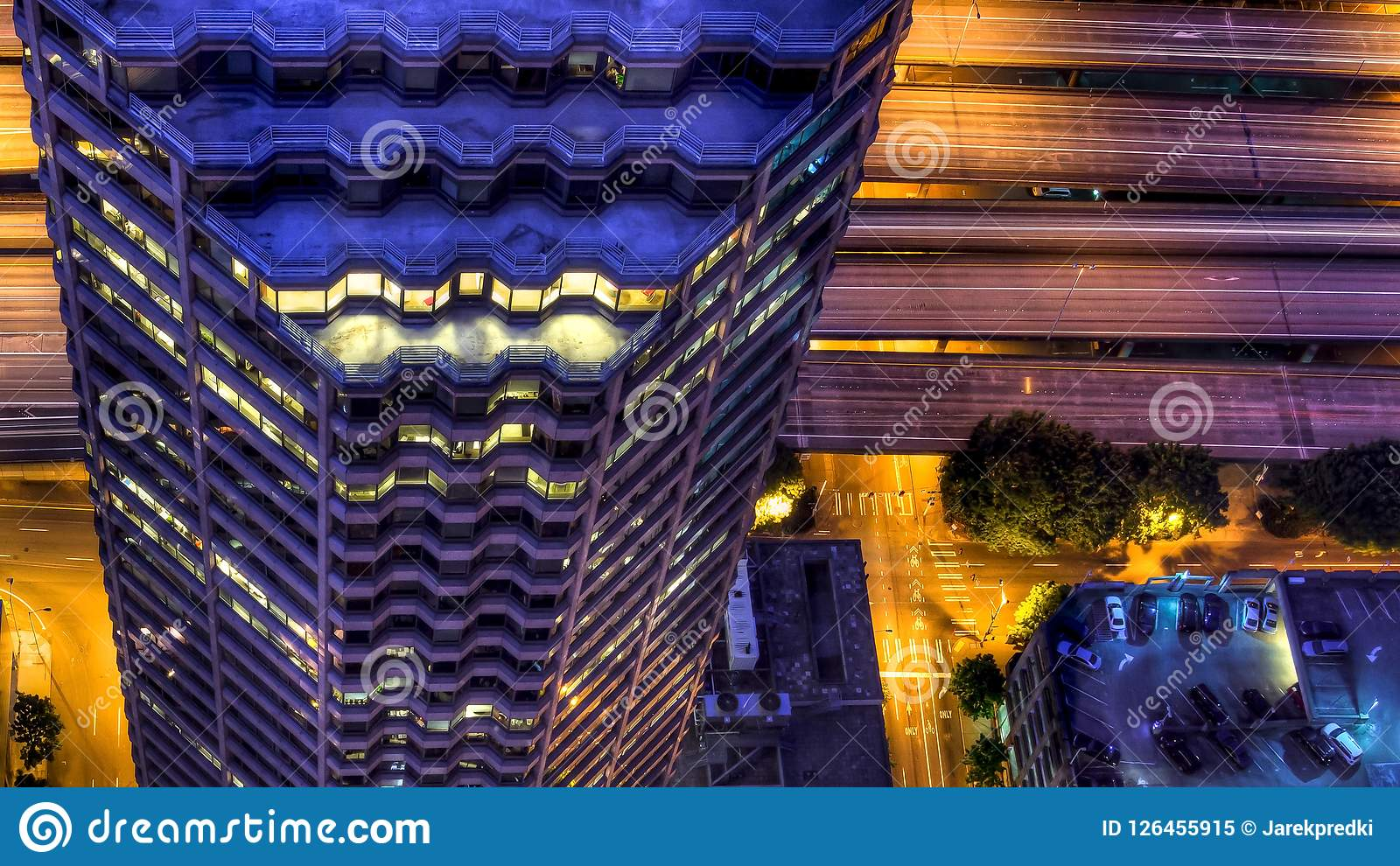 Άποψη του ήχου Puget με τους μπλε ουρανούς και το στο κέντρο της πόλης Σιάτλ, Ουάσιγκτον, ΗΠΑ