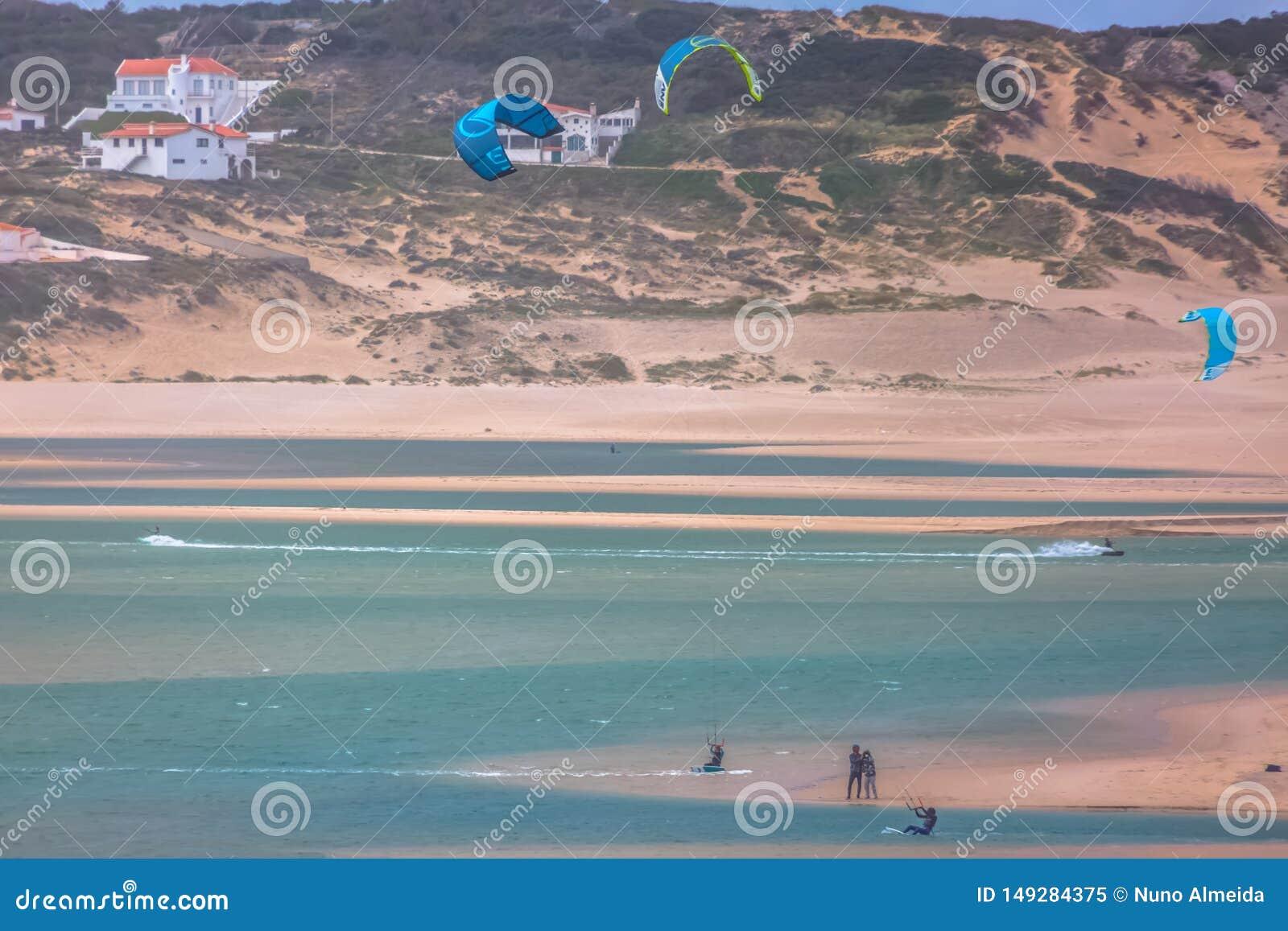 Άποψη του αθλητισμού επαγγελματιών που ασκεί τον ακραίο αθλητισμό ικτίνος-που επιβιβάζεται στη λιμνοθάλασσα Obidos