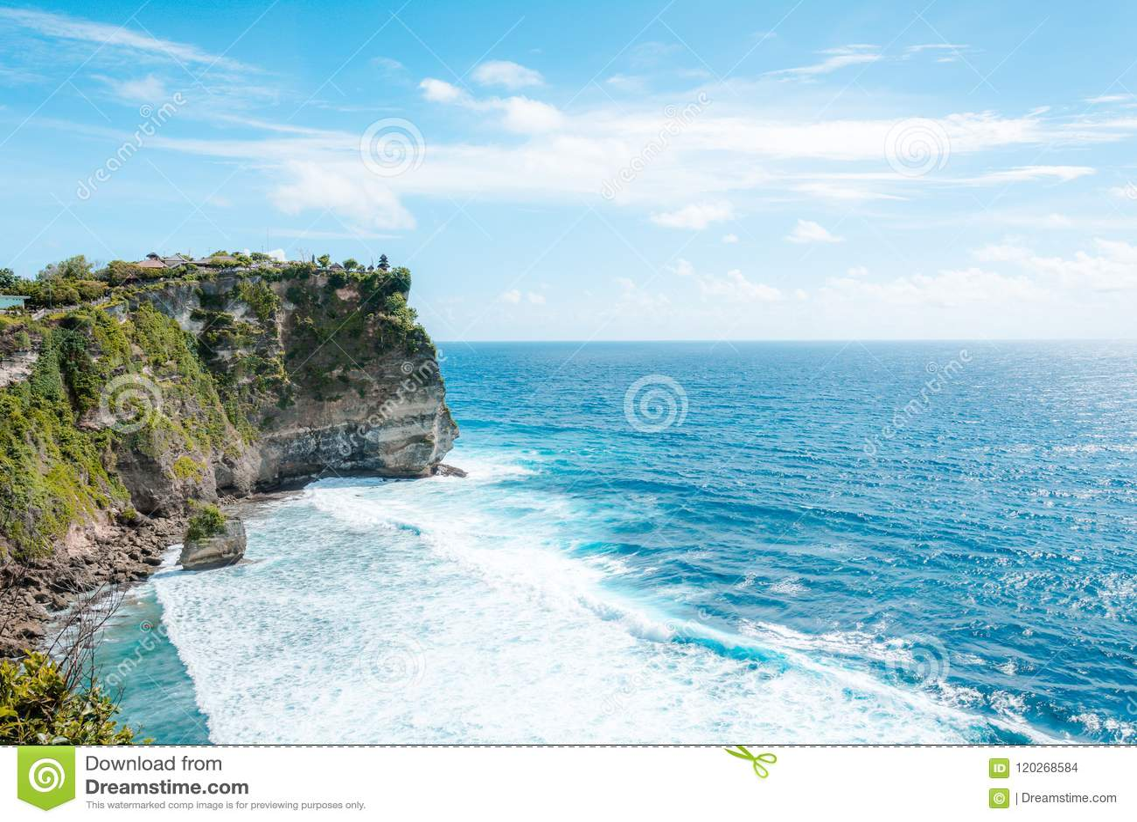Άποψη του απότομου βράχου με τα κύματα στη θάλασσα από τον ινδό ναό Pura Luhur Uluwatu