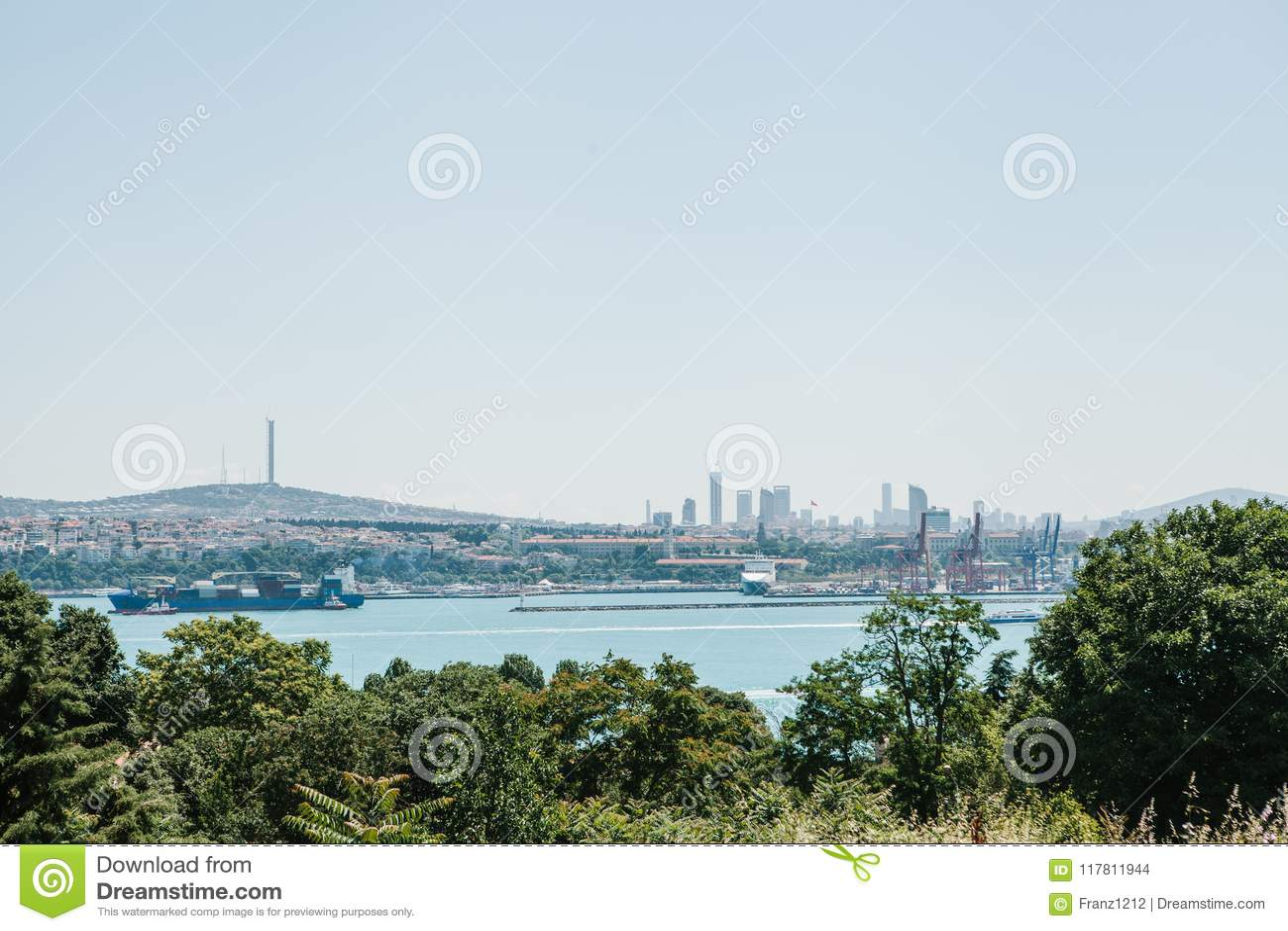 Άποψη του βιομηχανικού μέρους της Ιστανμπούλ Σκάφη, αποβάθρες και σύγχρονα εικονική παράσταση πόλης και Bosphorus