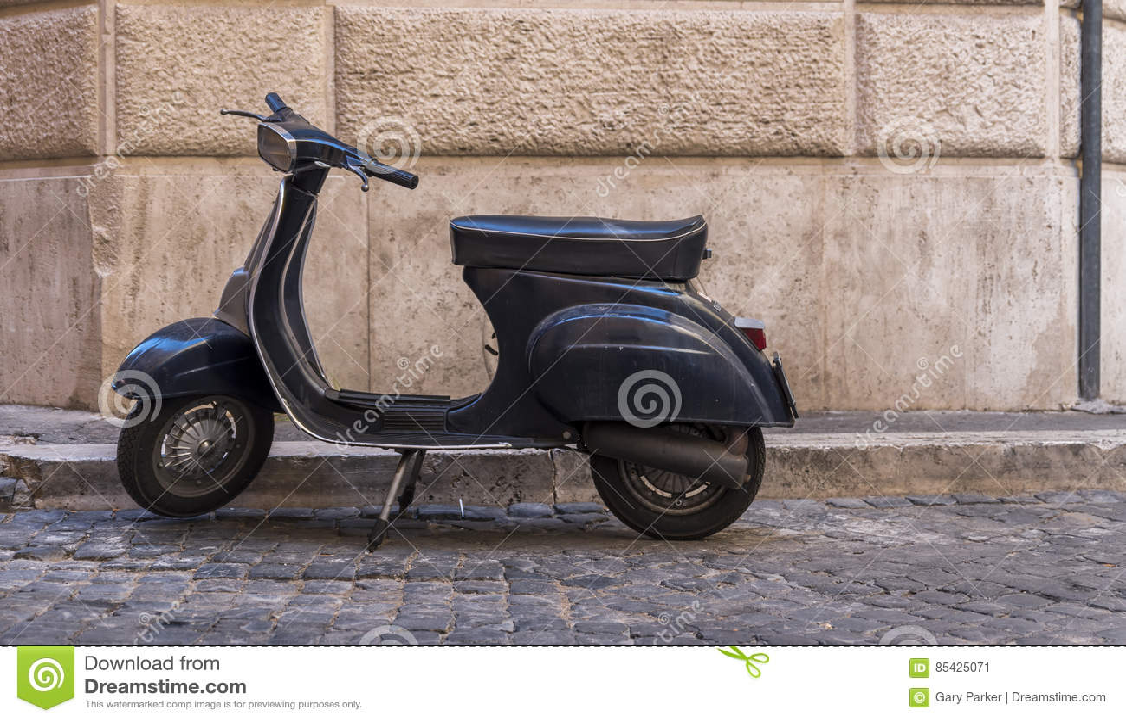 Άποψη του εκλεκτής ποιότητας μηχανικού δίκυκλου ενάντια στον παλαιό τοίχο στη Ρώμη