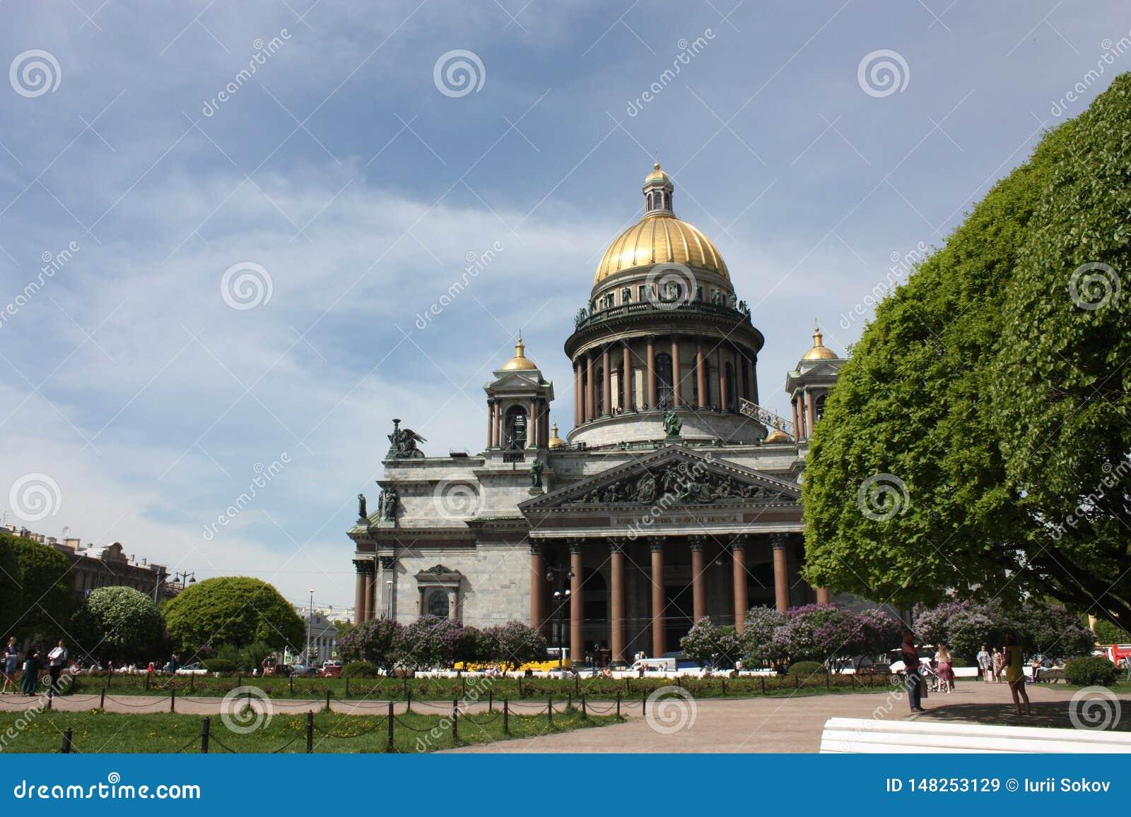 Άποψη του θόλου του καθεδρικού ναού του ST Isaac στην Πετρούπολη