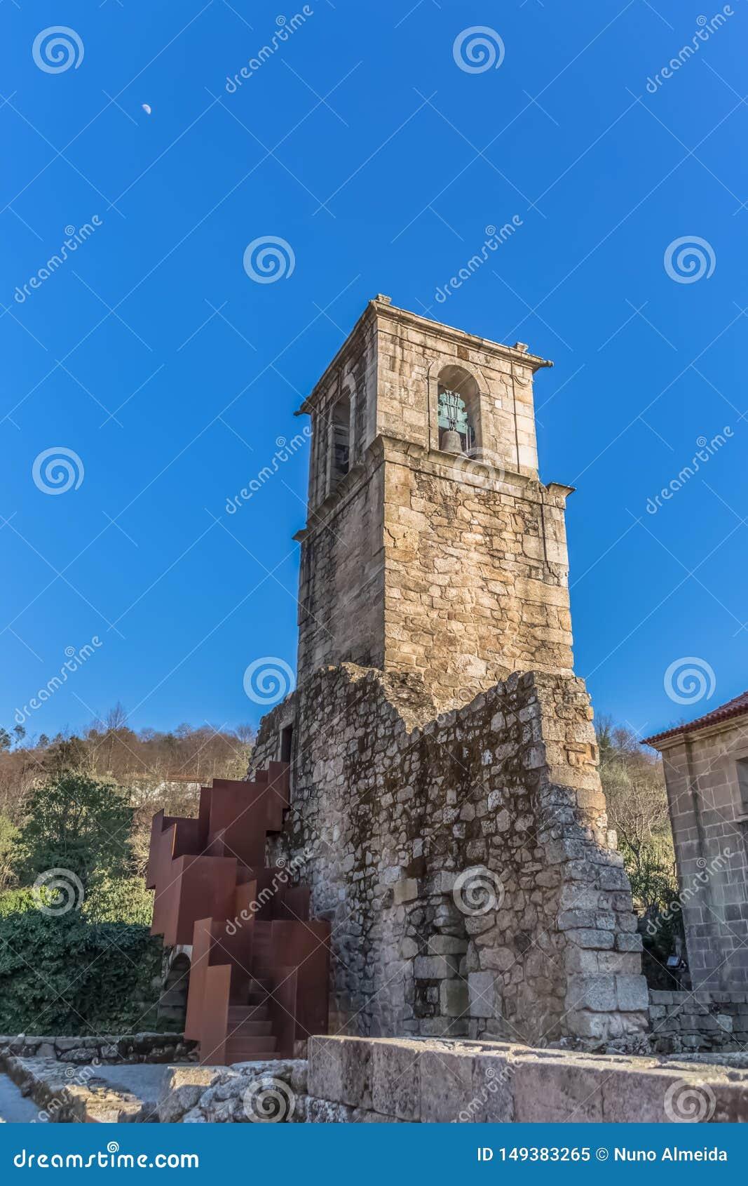 Άποψη του ιστορικού κτηρίου στις καταστροφές, μονή του ST Joao Tarouca, λεπτομέρεια του sineria πύργων της μονής του cister