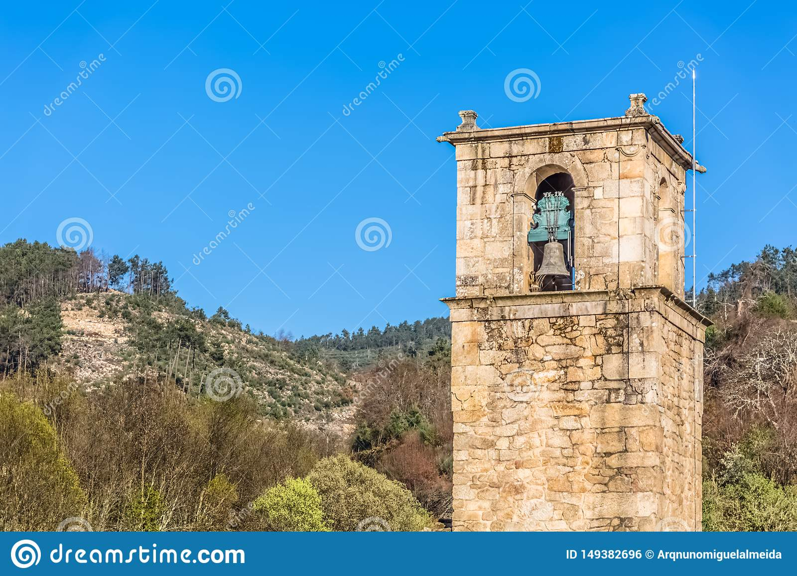 Άποψη του ιστορικού κτηρίου στις καταστροφές, μονή του ST John Tarouca, λεπτομέρεια του κουδουνιού πύργων της μονής του cister