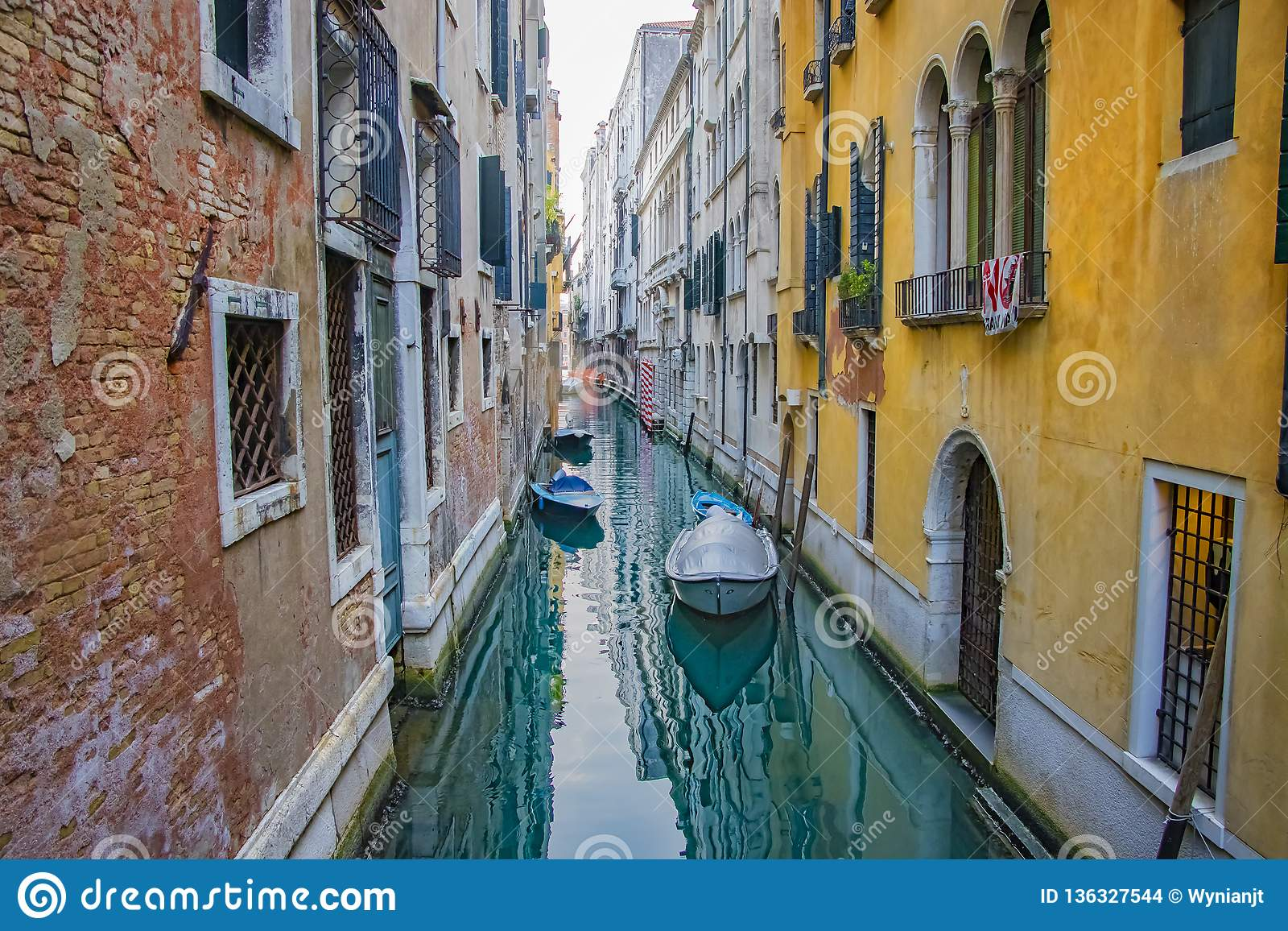 Άποψη του καναλιού με τις βάρκες στη Βενετία, Ιταλία Η Βενετία είναι ένας δημοφιλής τόπος προορισμού τουριστών της Ευρώπης