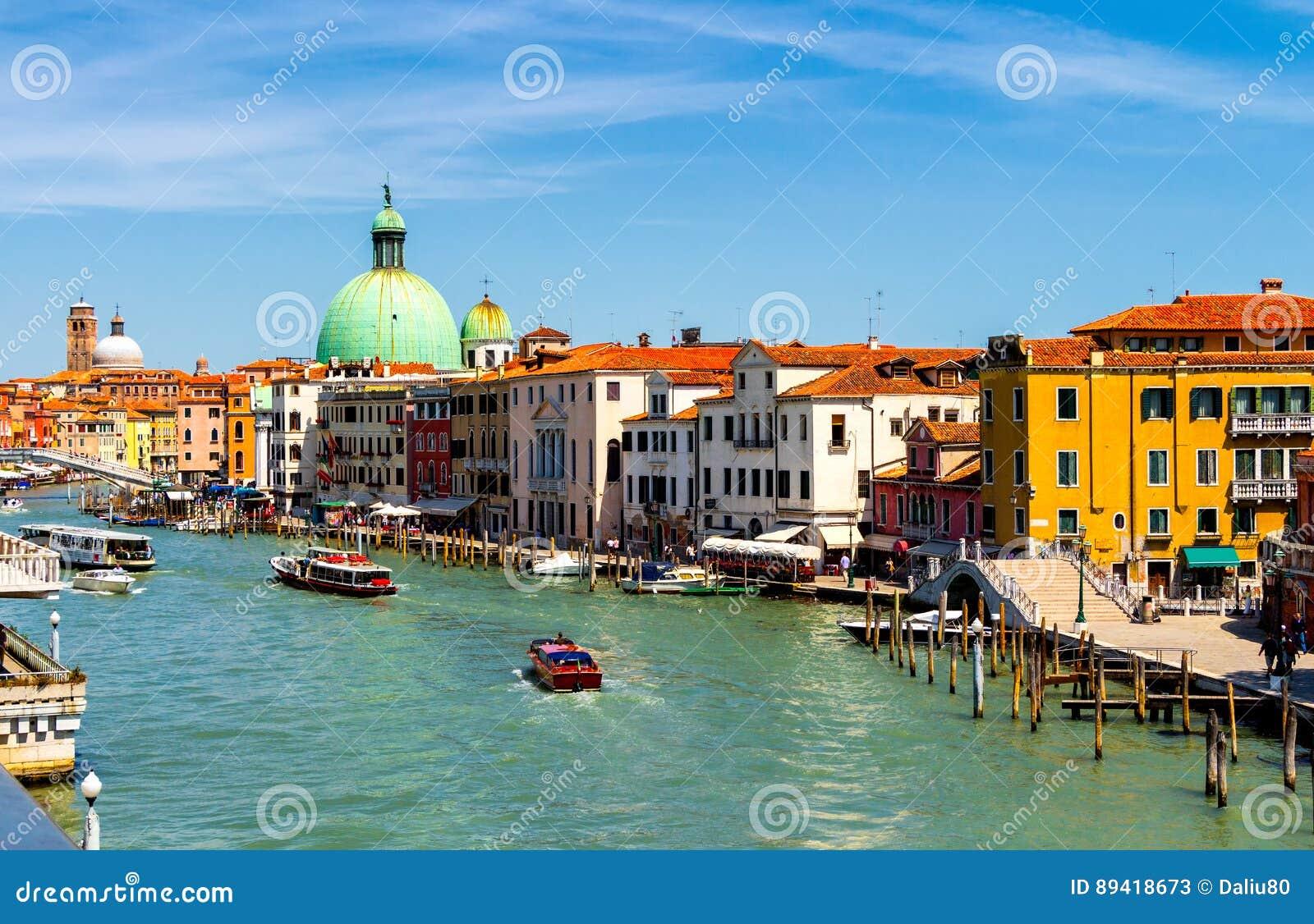 Άποψη του καναλιού με τις βάρκες και τις γόνδολες στη Βενετία, Ιταλία Veni