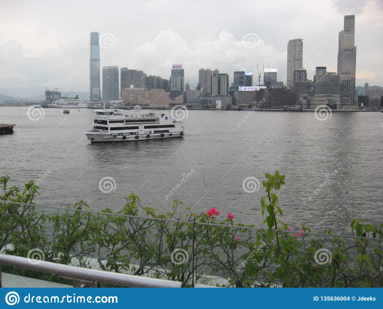 Άποψη του λιμανιού από την ωχρή αποβάθρα πορθμείων Chai, Χονγκ Κονγκ