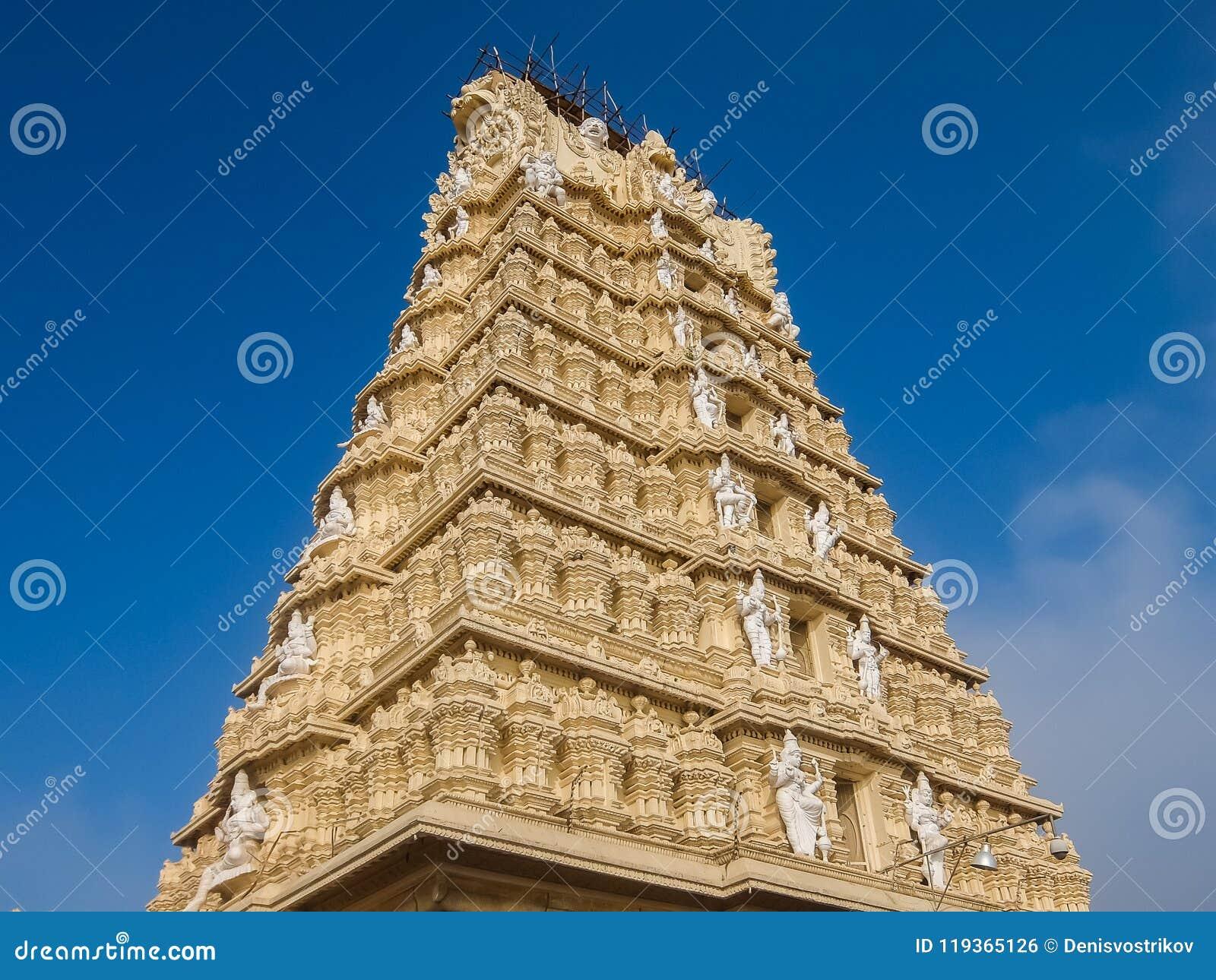 Άποψη του ναού Sri Chamundeshwari, που βρίσκεται στους λόφους Chamundi κοντά στο Mysore