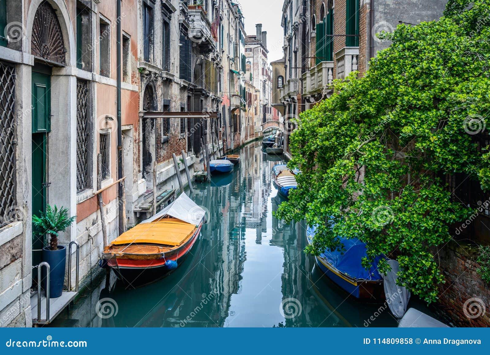 Άποψη του παραδοσιακού καναλιού της Βενετίας με τις βάρκες Η Βενετία είναι ένας δημοφιλής τόπος προορισμού τουριστών της Ευρώπης