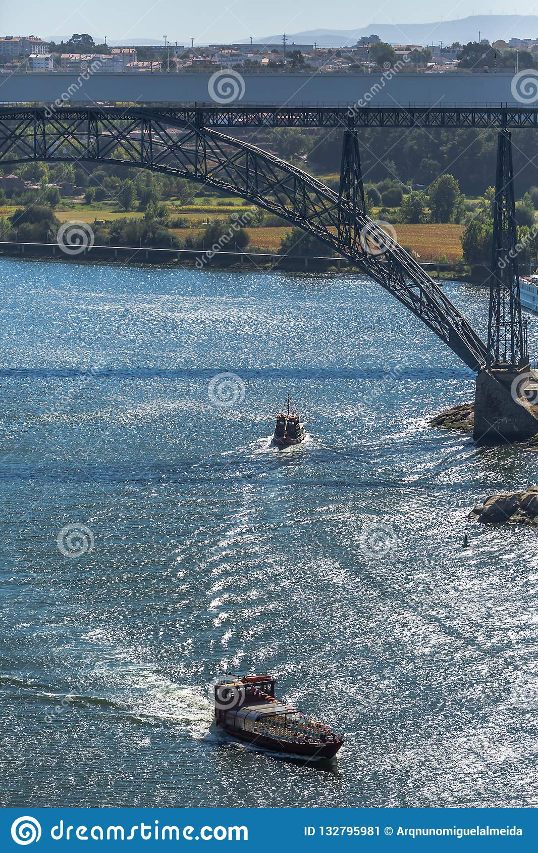 Άποψη του ποταμού Douro και των γεφυρών Δ Μαρία Pia και ο ινφάντης, οι τράπεζες και οι βάρκες που πλέουν με τον ποταμό