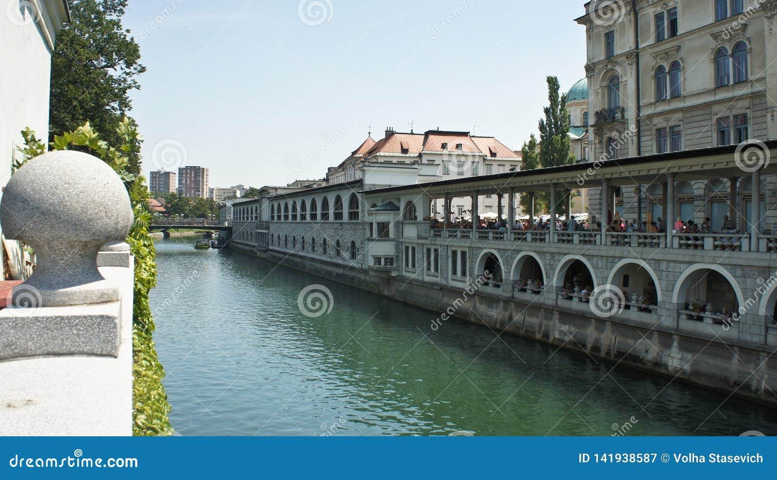 Άποψη του ποταμού Ljubljanica στην παλαιά πόλη, όμορφη αρχιτεκτονική, ηλιόλ