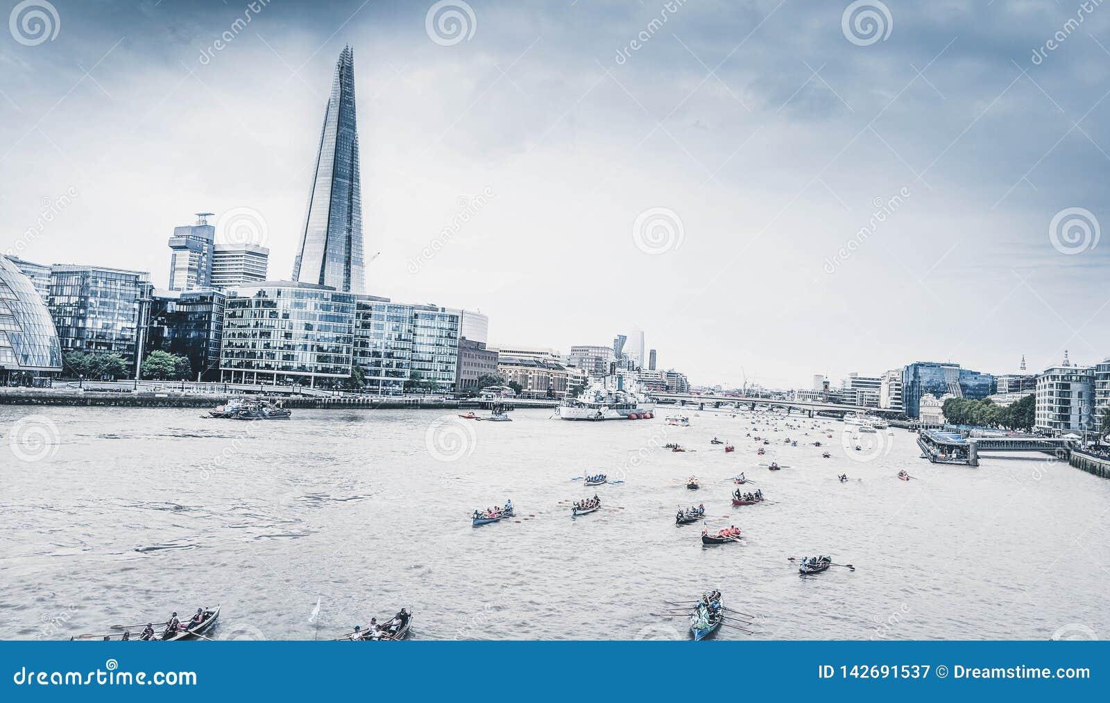 Άποψη του Τάμεση Λονδίνο σχετικά με το Shard