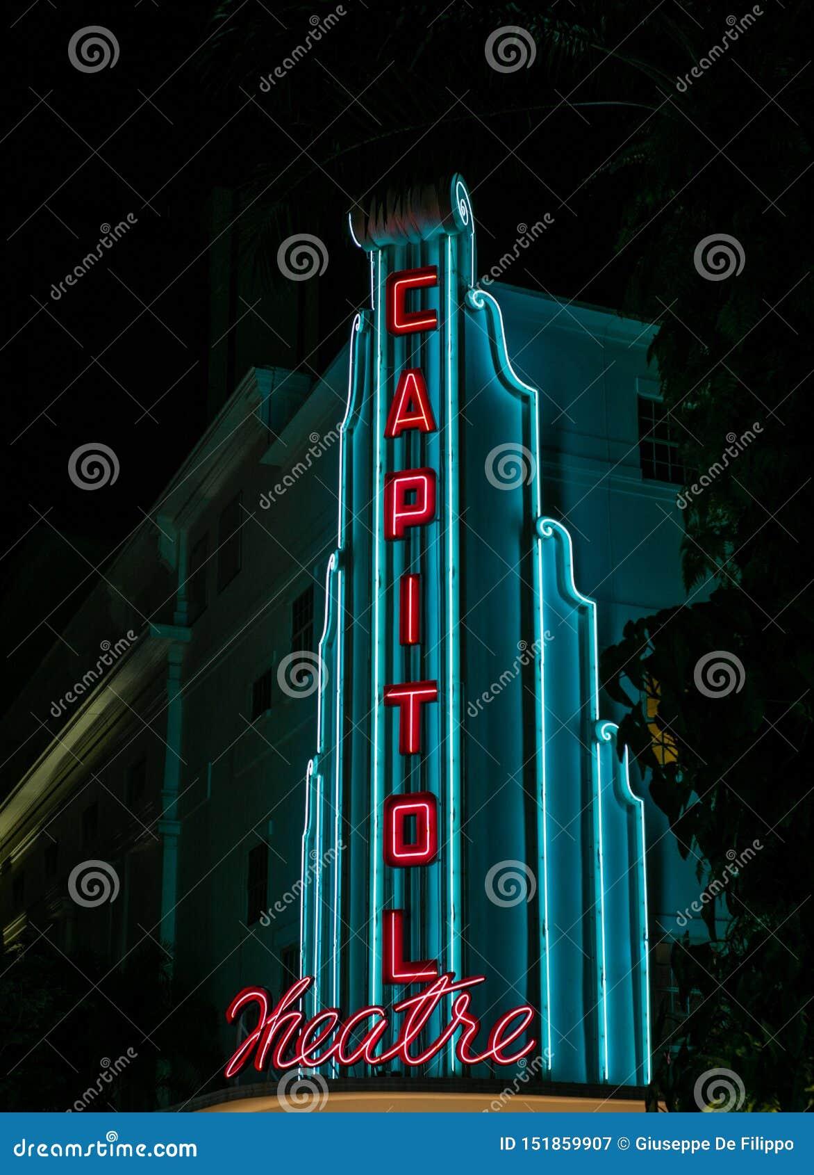 Άποψη του φωτισμένου σημαδιού του θεάτρου Capitol στη Σιγκαπούρη τη νύχτα
