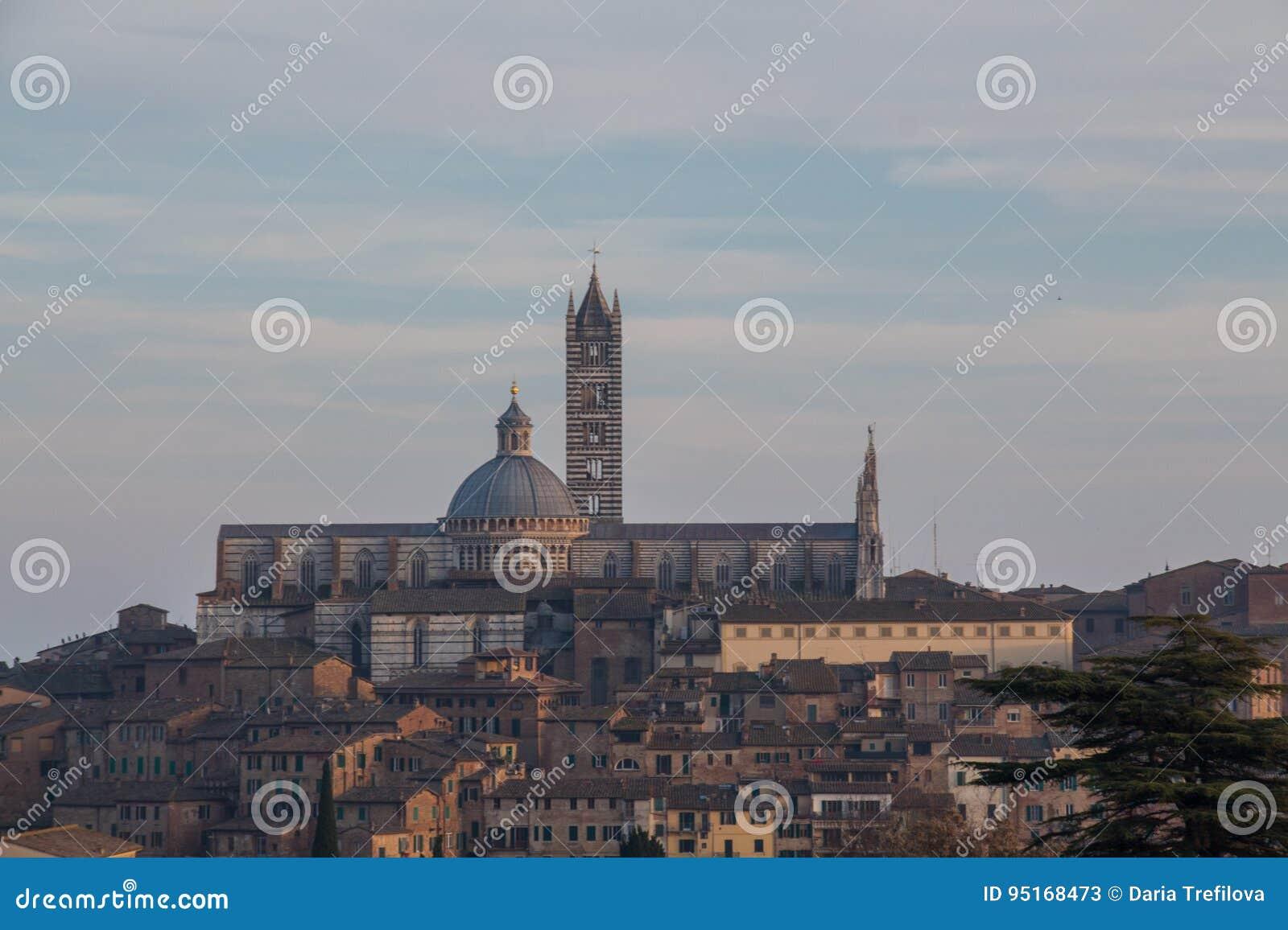 Άποψη του Di Σιένα Duomo με την παλαιά πόλη από το Βορρά Τοσκάνη Ιταλία