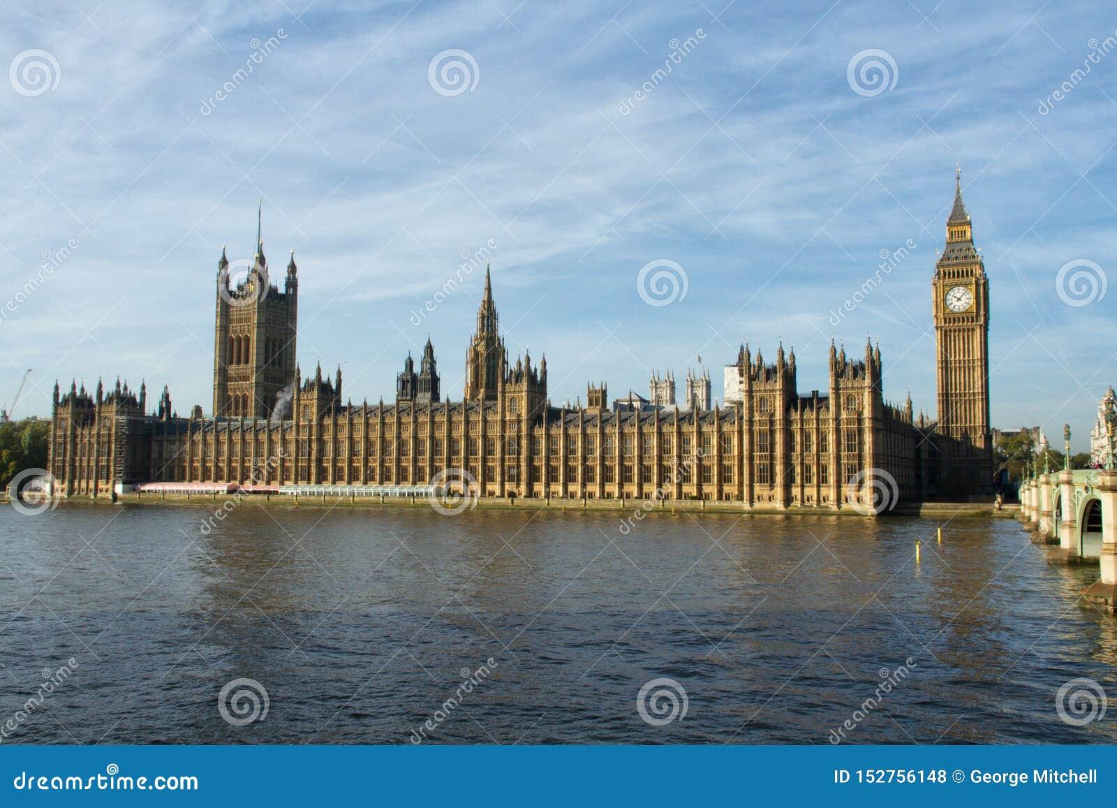 Άποψη των Βουλών του Κοινοβουλίου από τη νότια πλευρά του ποταμού Τάμεσης