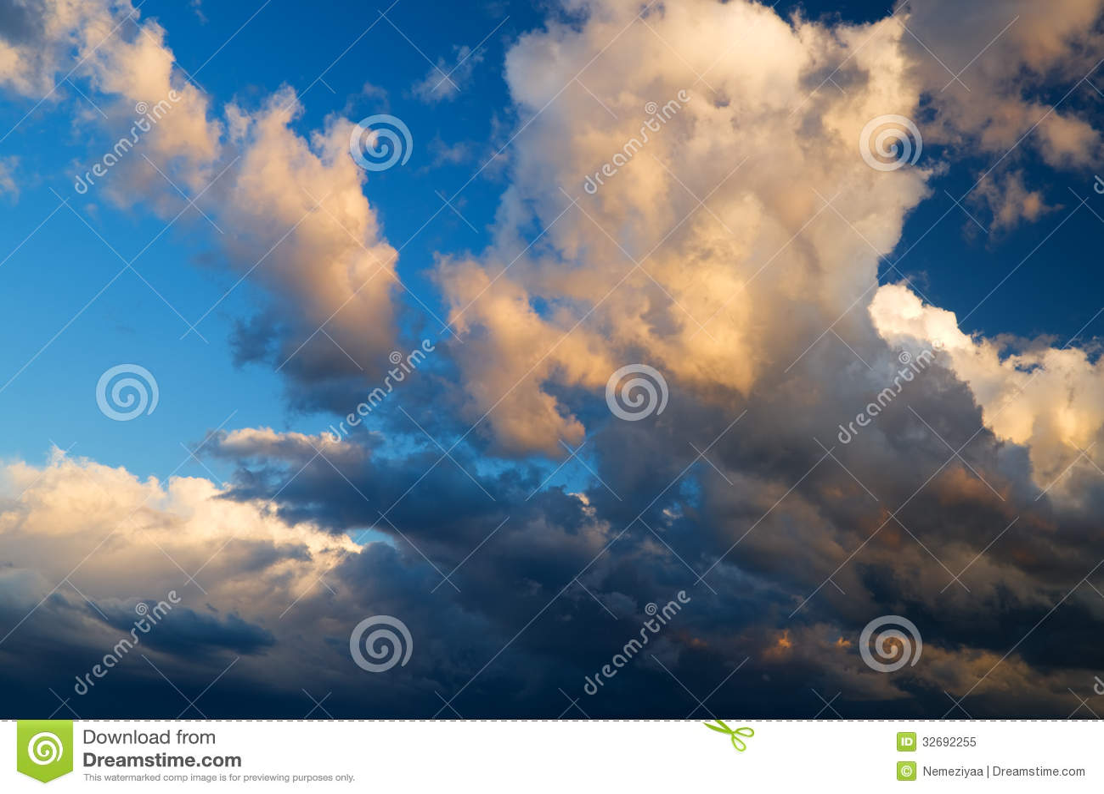 Άποψη των σύννεφων καταιγίδας.