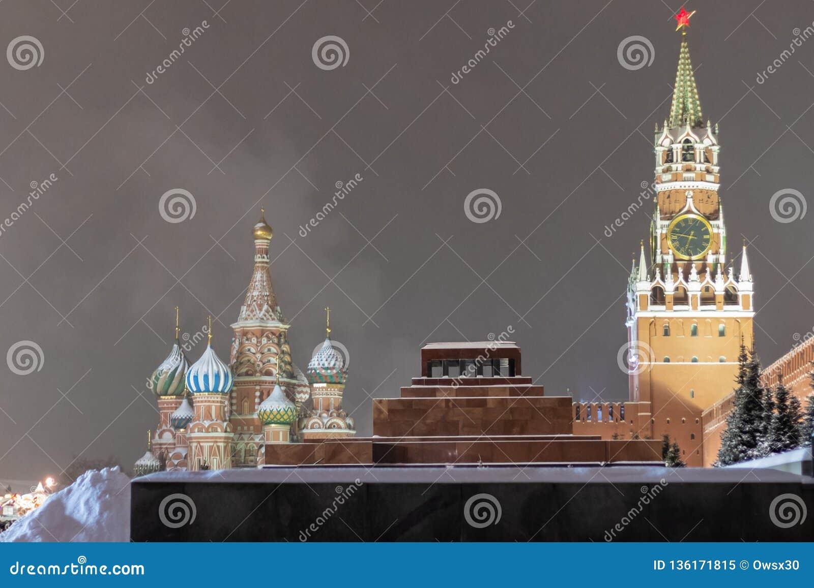 Άποψη χειμερινού βραδιού της Μόσχας Κρεμλίνο, του μαυσωλείου και του καθεδρικού ναού του βασιλικού του ST στο κόκκινο τετράγωνο Μ