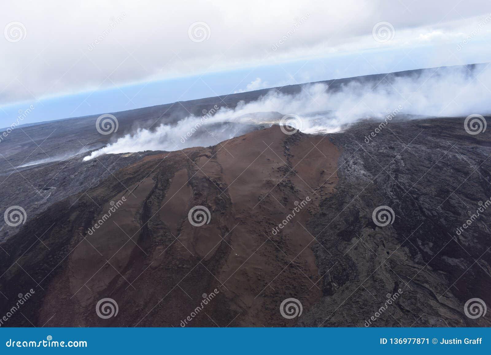 Άποψη Arial του ηφαιστείου Kilauea της Χαβάης με την αύξηση καπνού