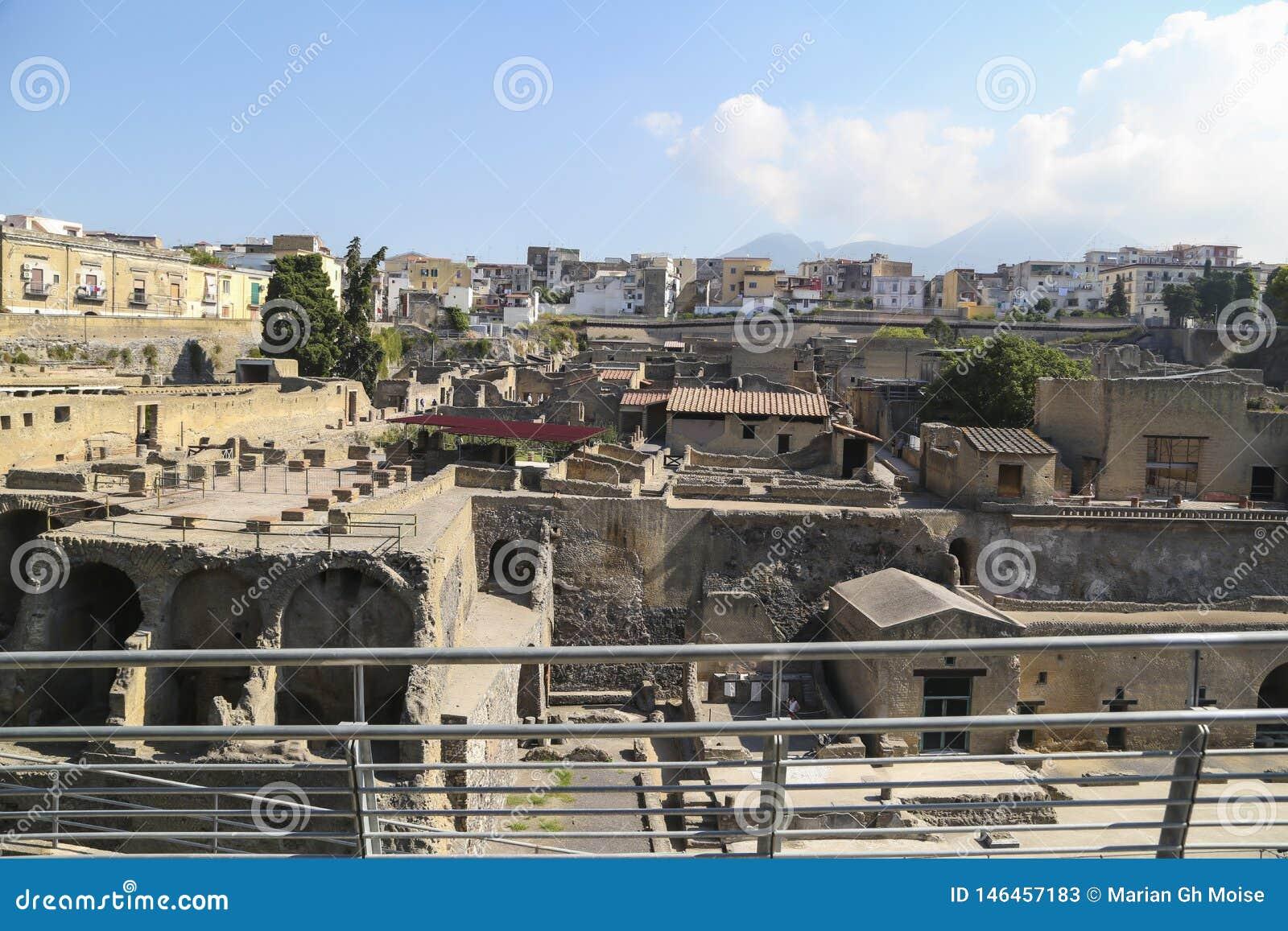 Άποψη Herculaneum πέρα από την αρχαία ρωμαϊκή αρχαιολογική περιοχή, κοντά στη Νάπολη, Ιταλία